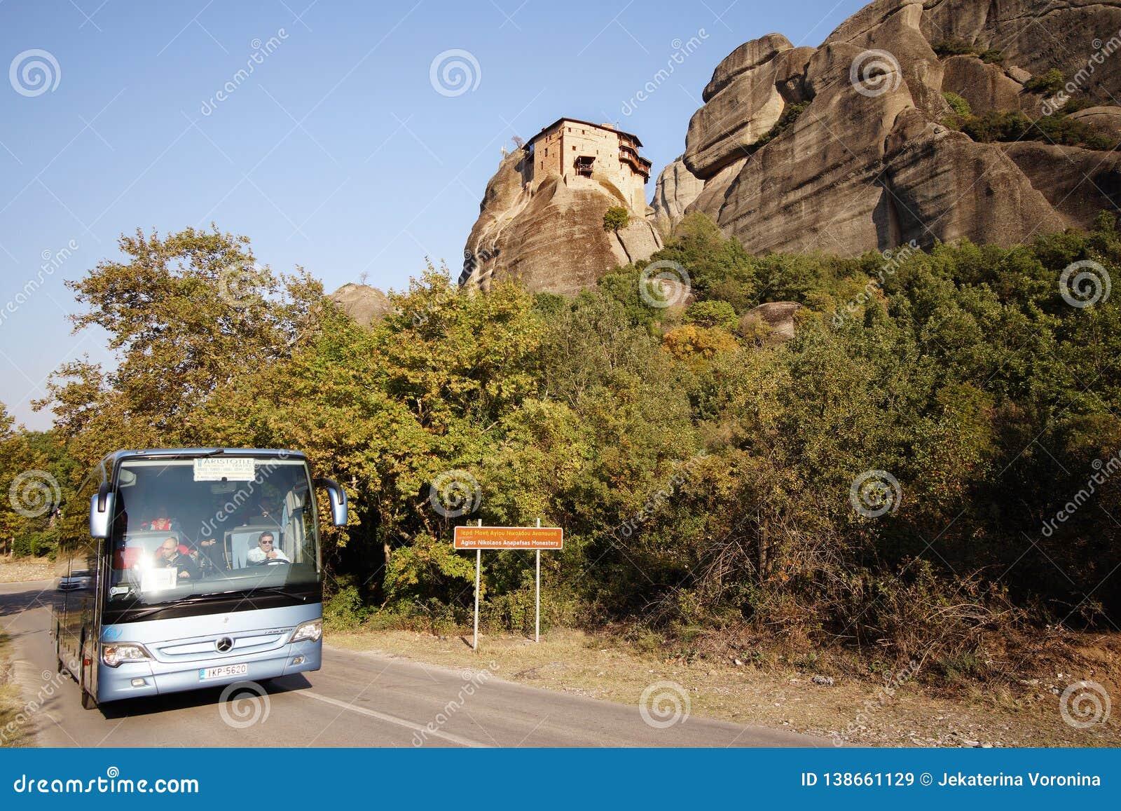 Meteora, Grecia, el 12 de octubre de 2018 turistas de todas partes del mundo tomado con un autobús turístico para admirar los pai