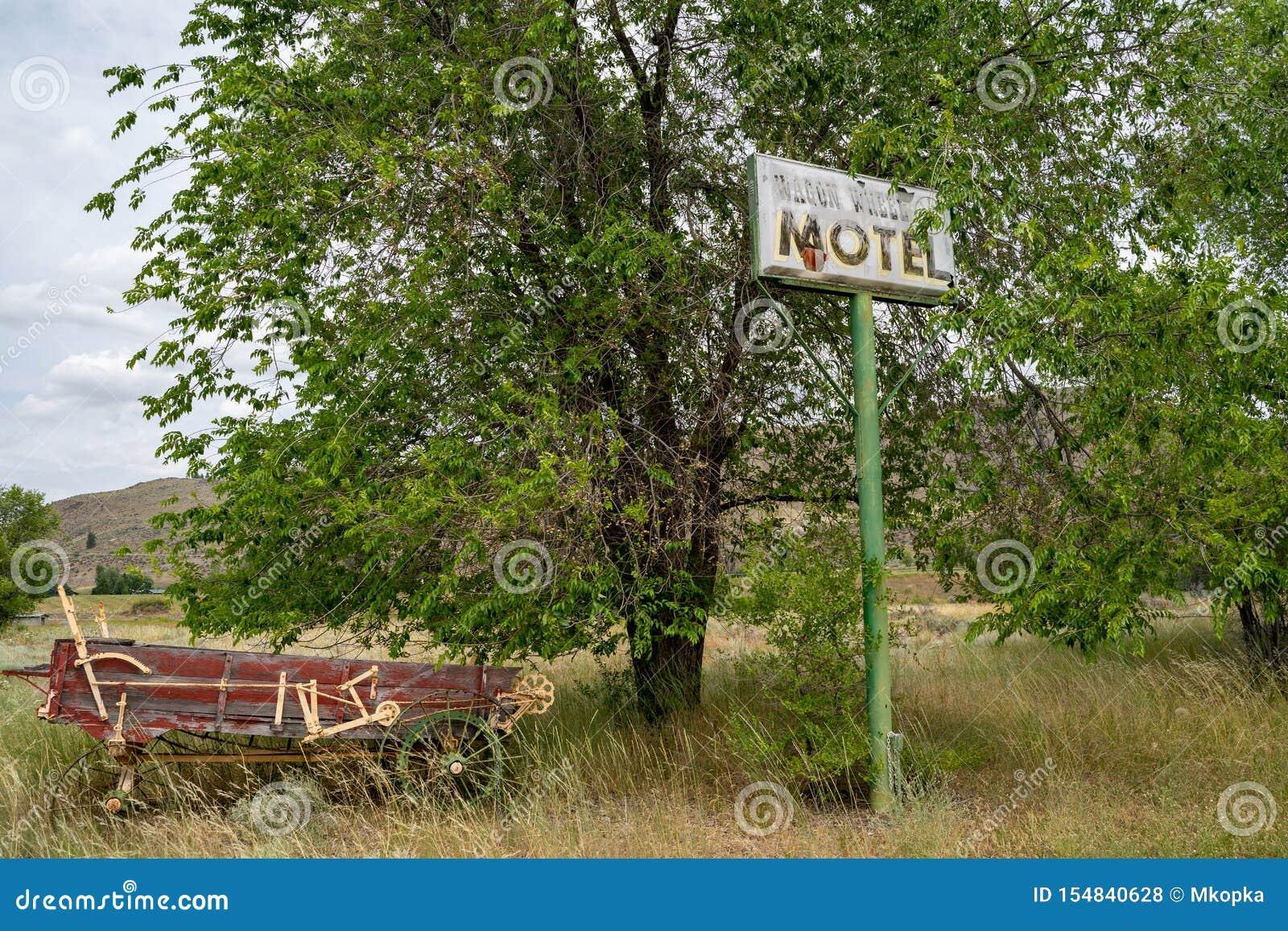 Methow, Washington - vieux signe abandonné pour l ancien café de roues et motel, fermés depuis de nombreuses années, le long du