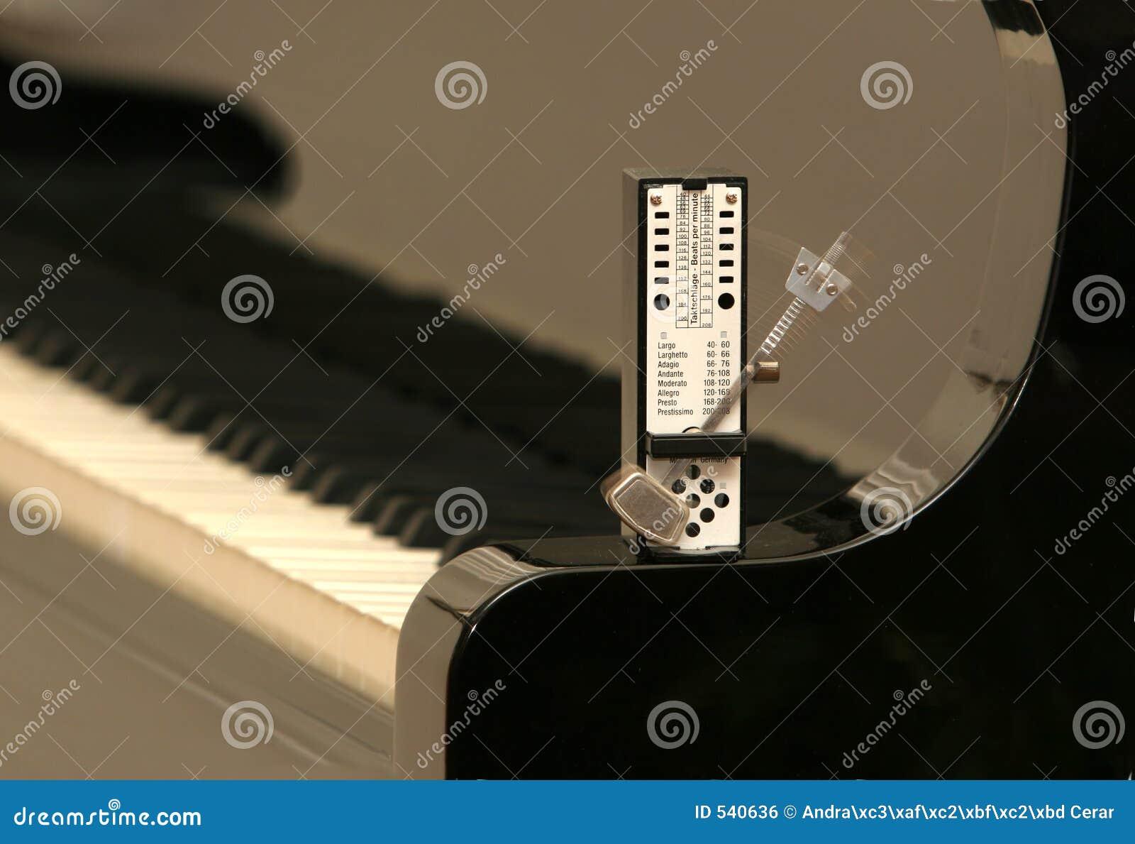 Metrônomo em um piano