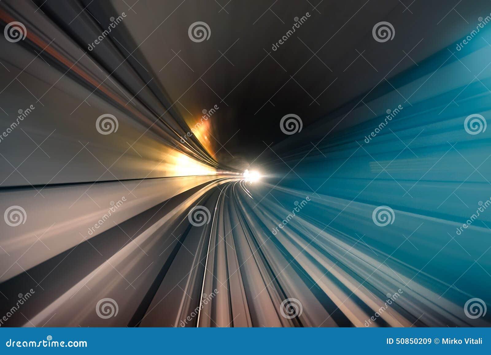 Metra metra podziemny tunel z zamazanymi światłami