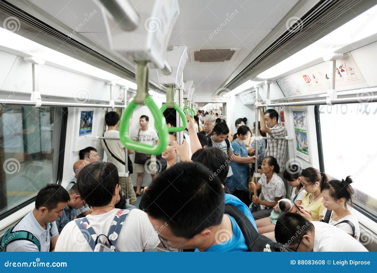 Metro chino apretado