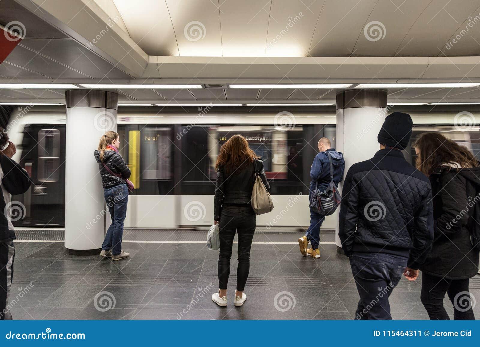 Metro wchodzić do stację Budapest metro z ludźmi czeka w przodzie na linii 2