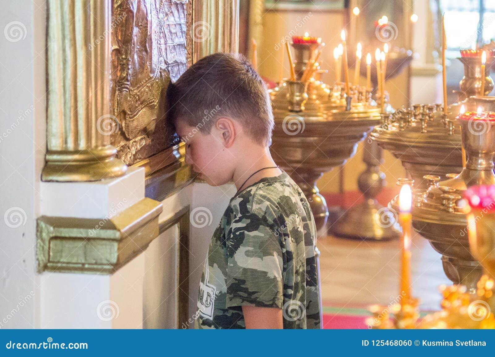 Metropolita świętował boską liturgię w rosyjskim kościół prawosławnym