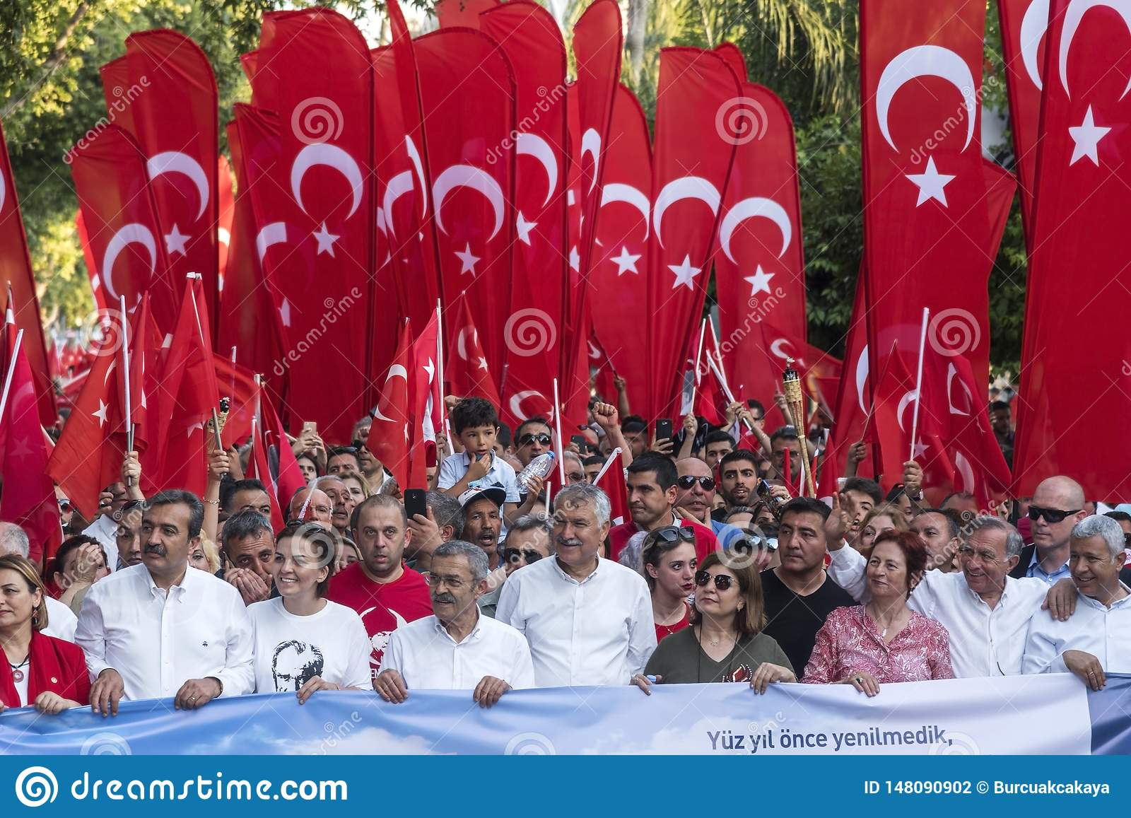 Metropolitaanse gemeenteburgemeester van Adana op negentiende van Mei-Herdenking van Atatà ¼ rk, de Jeugd en Sportendag met burge