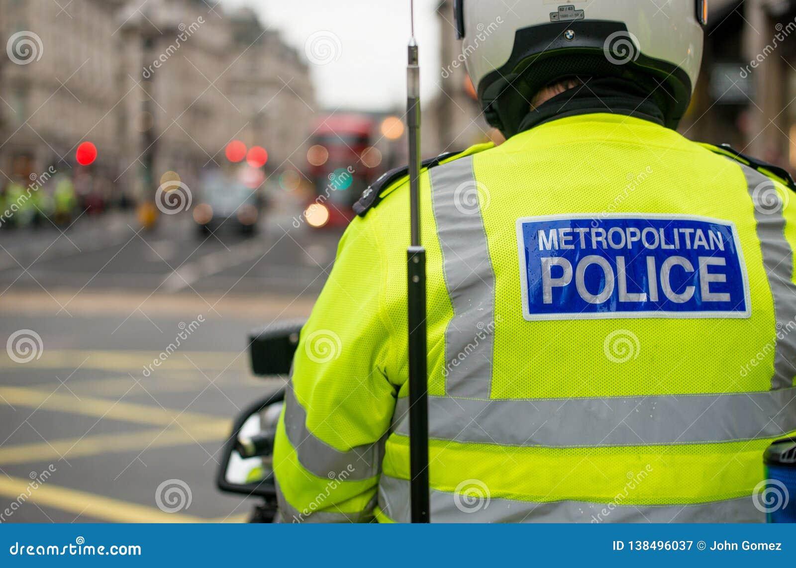 Metropolity motocyklu Milicyjni jeźdzowie eskortują protestacyjną demonstrację w środkowym Londyn, Anglia
