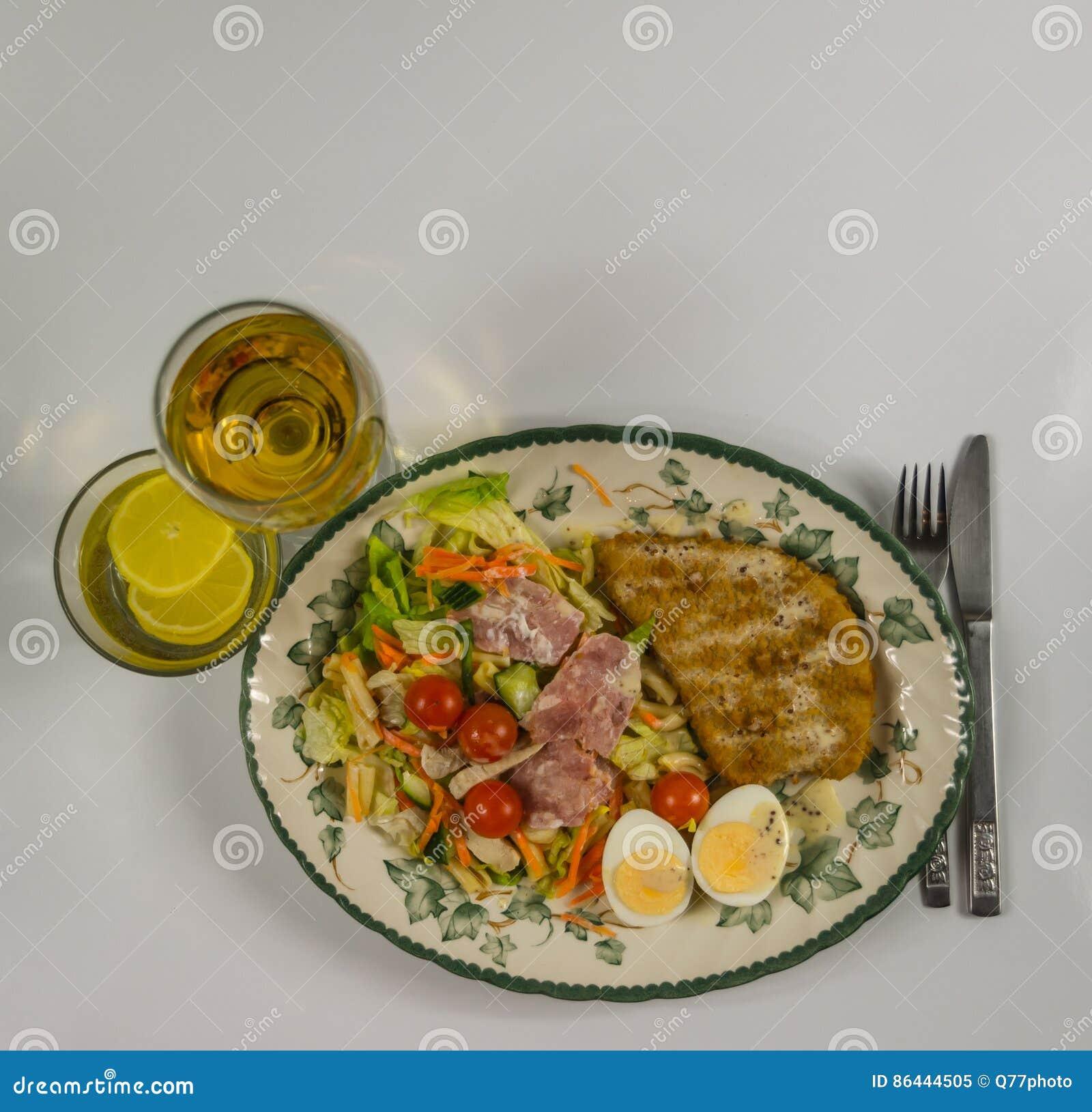 Metta con il pollo, il bacon, i pomodori ciliegia, l uovo, la lattuga di iceberg a