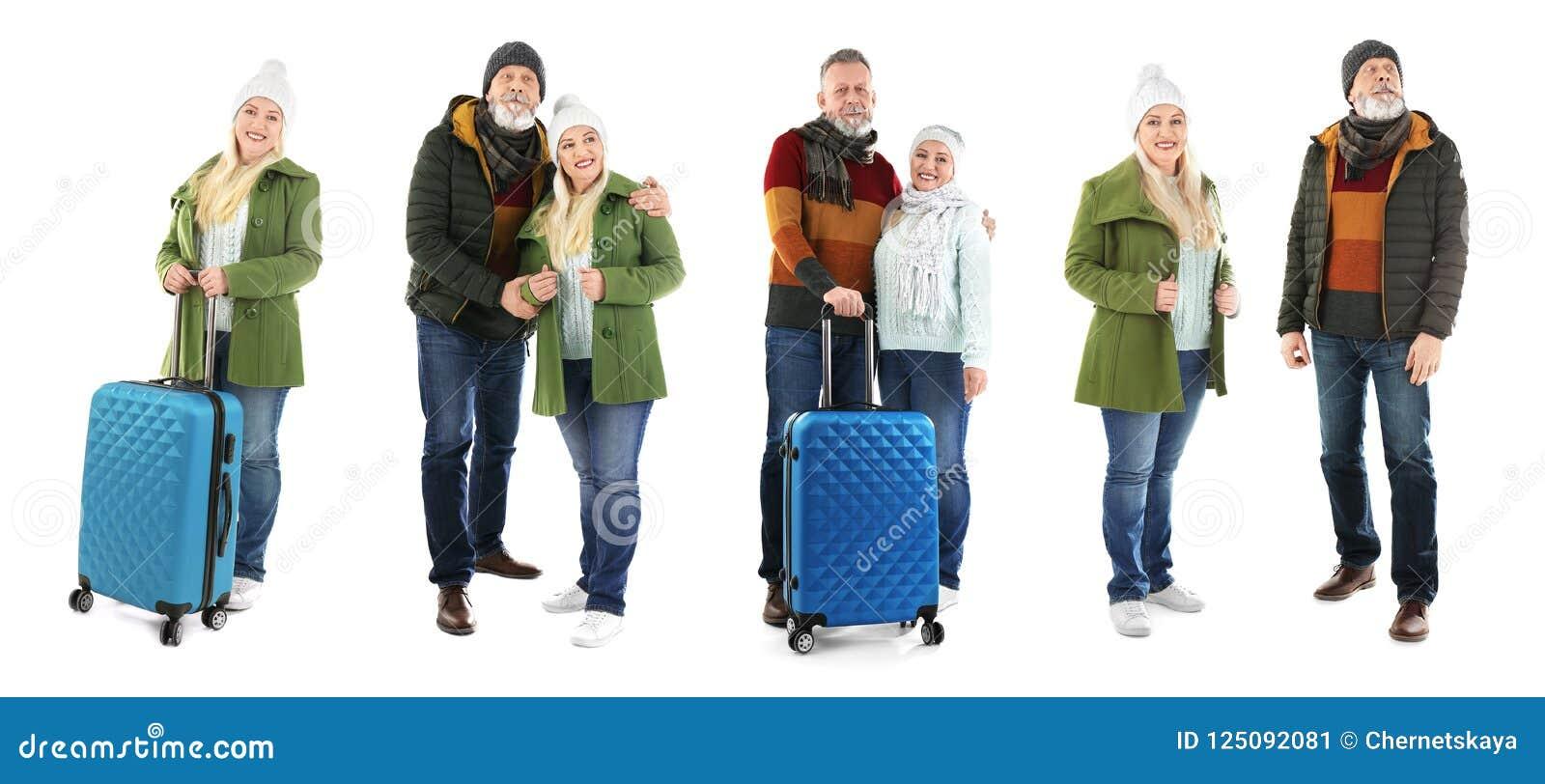 Metta con la gente in vestiti e valigie caldi su fondo bianco