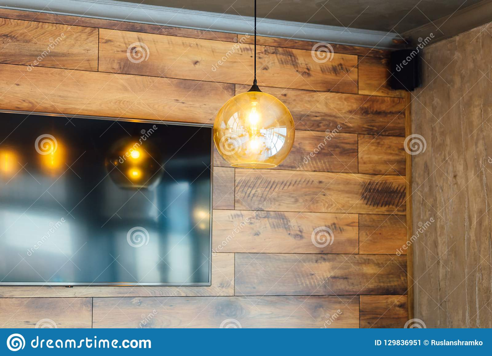 Illuminazione Sottotetto In Legno metta la retro lampada di edison sul fondo di legno della