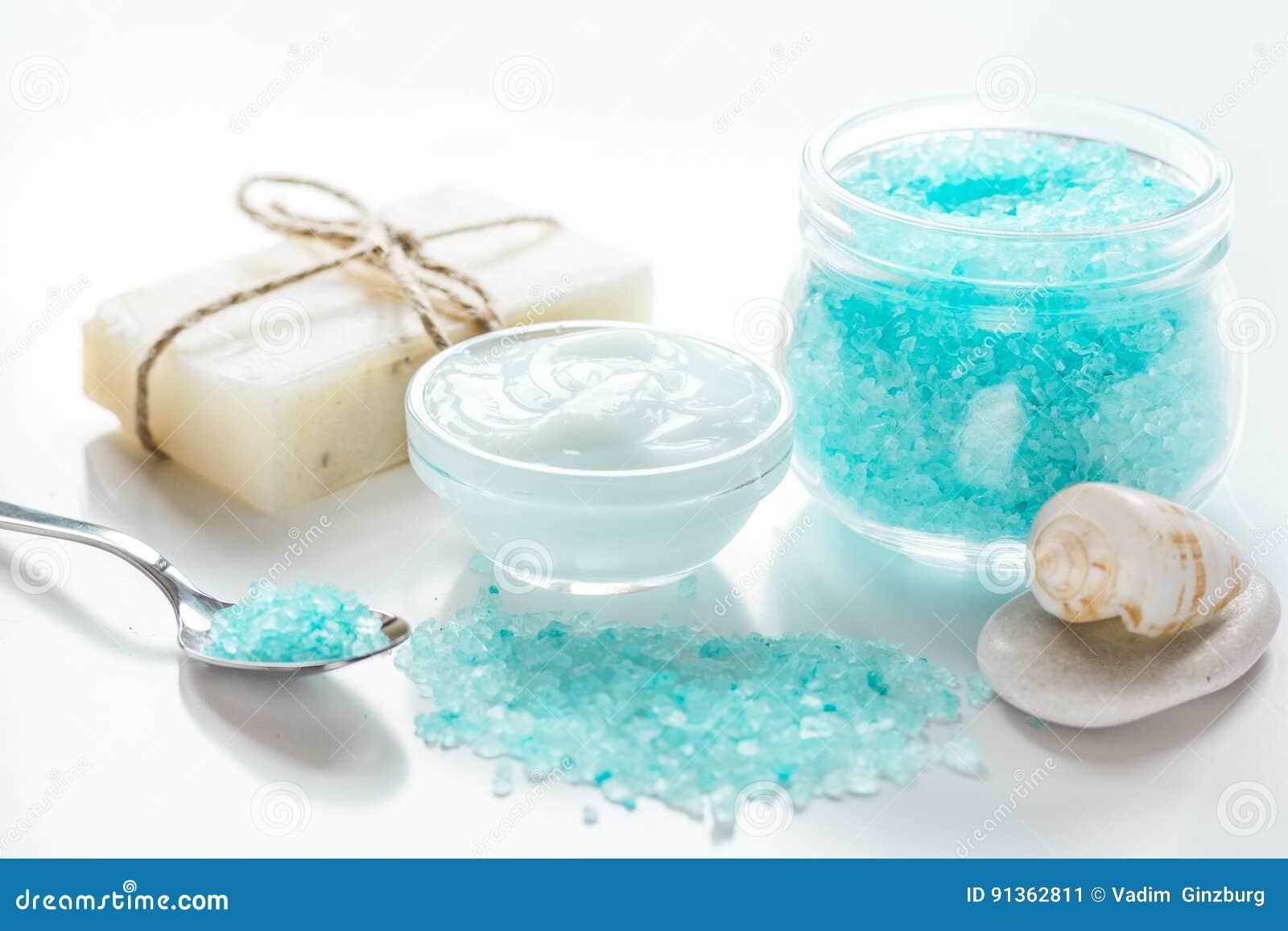 Metta per il bagno con sale e le coperture sul fondo bianco della tavola immagine stock - Bagno con sale grosso ...