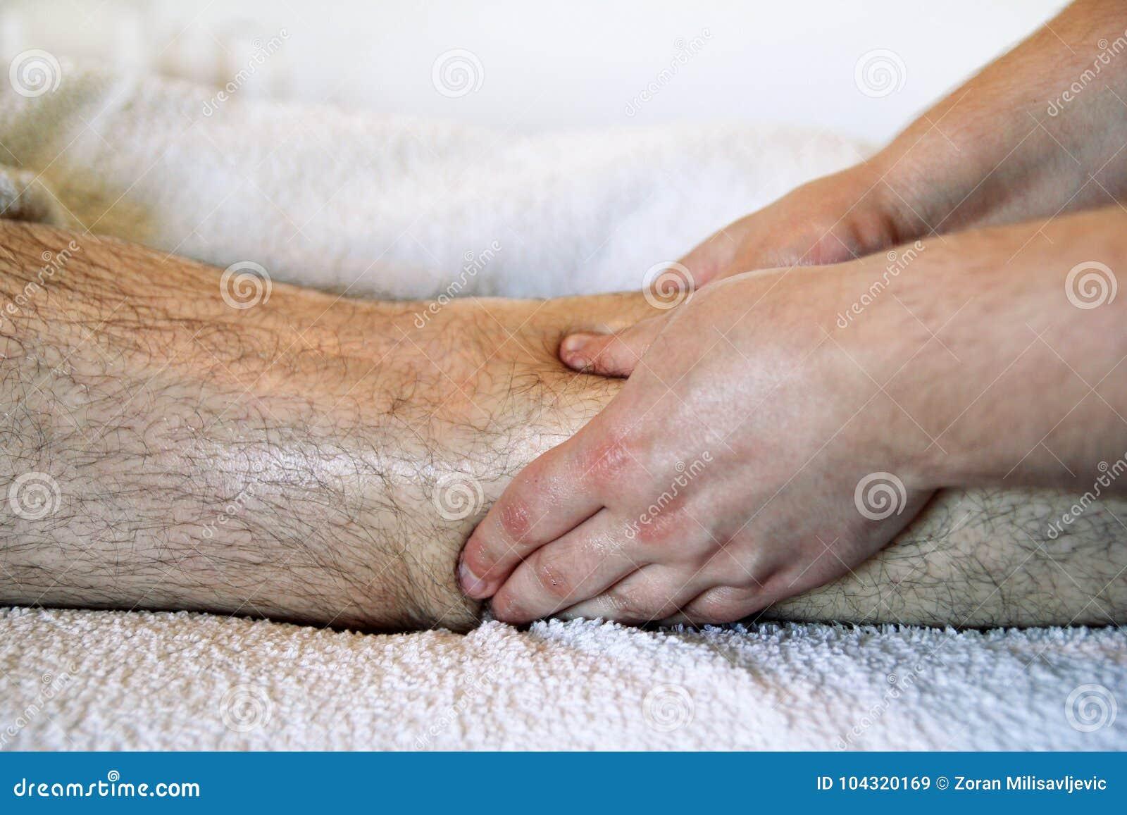 Mette in mostra il massaggio della gamba