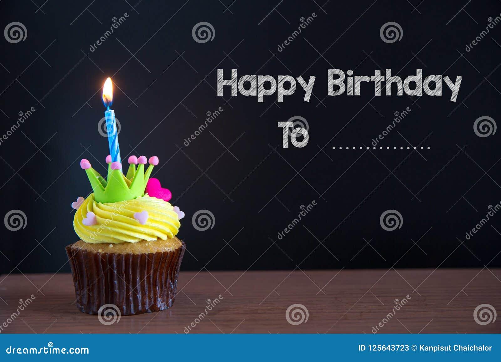 Mettez en forme de tasse le gâteau et joyeux anniversaire le texte sur le fond de tableau