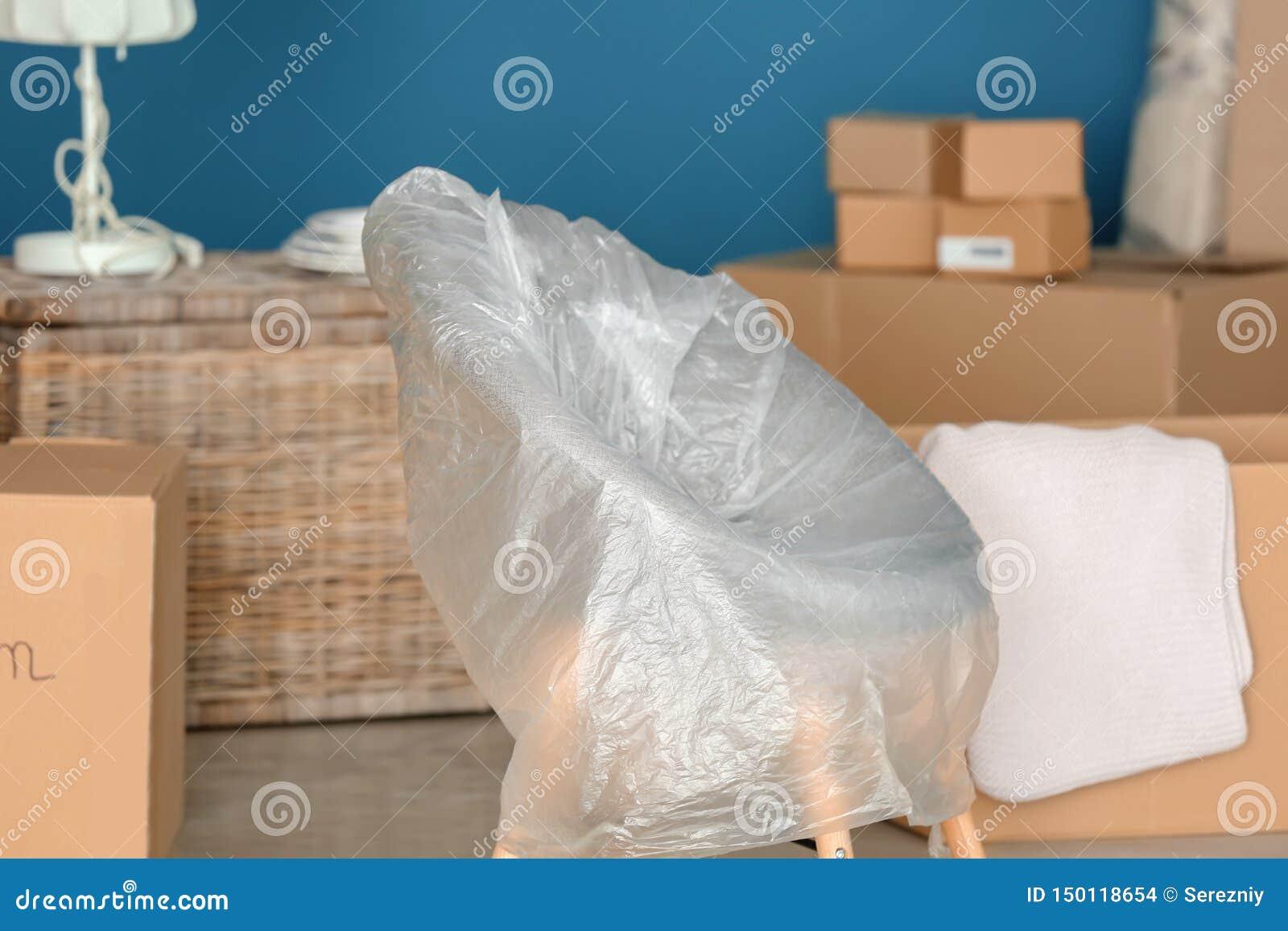 Meubilair met het bewegen van dozen bij nieuw huis