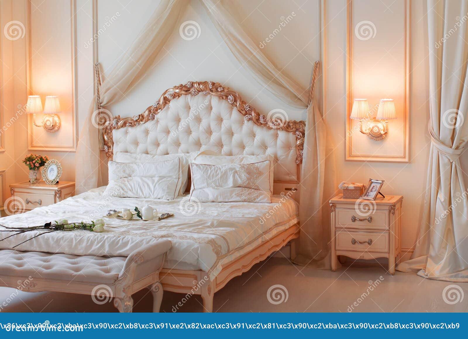 Meubilair voor een slaapkamer in gevoelige kleuren stock foto ...