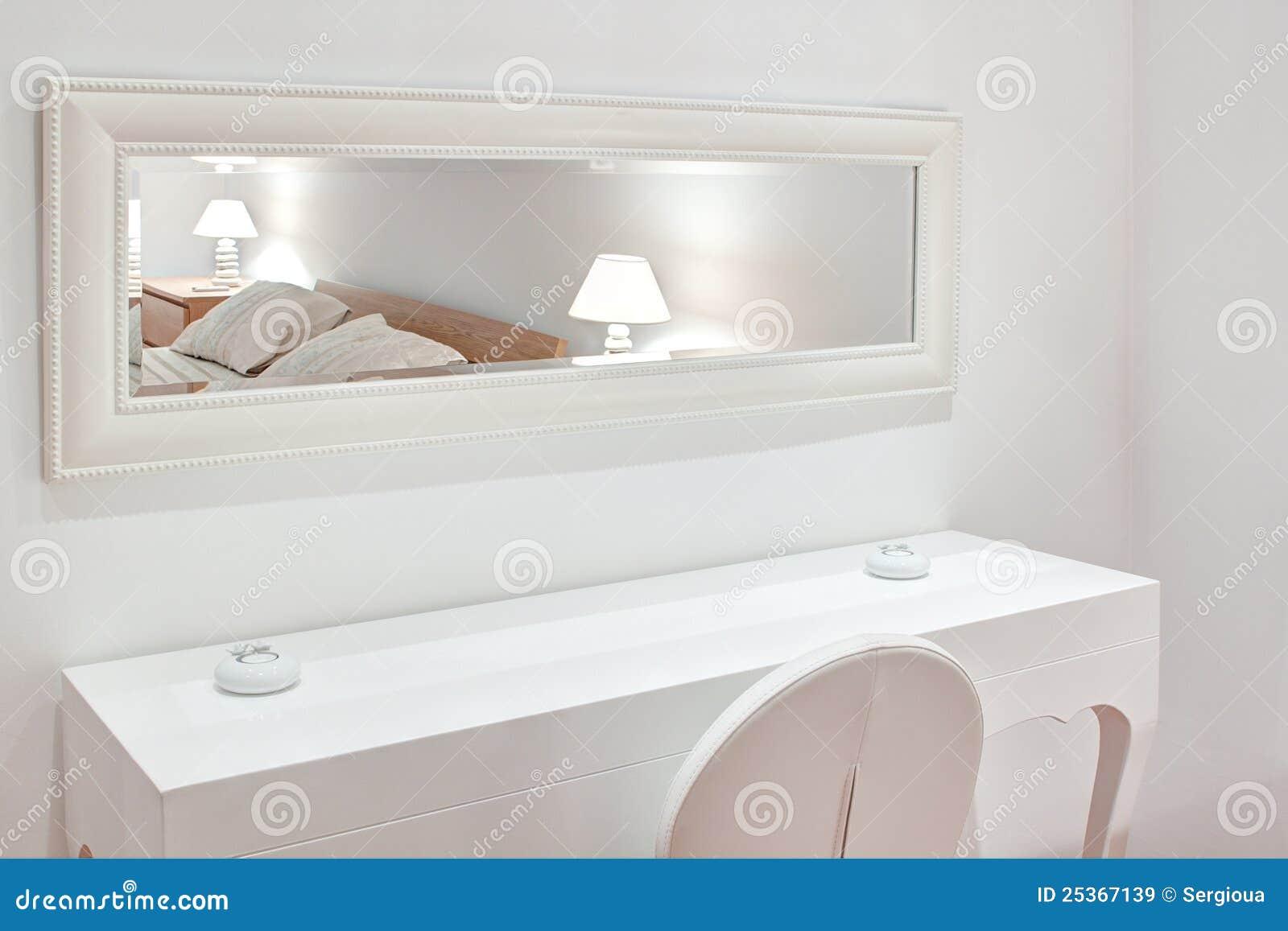 Meubles blancs modernes la chambre à coucher. images libres de ...