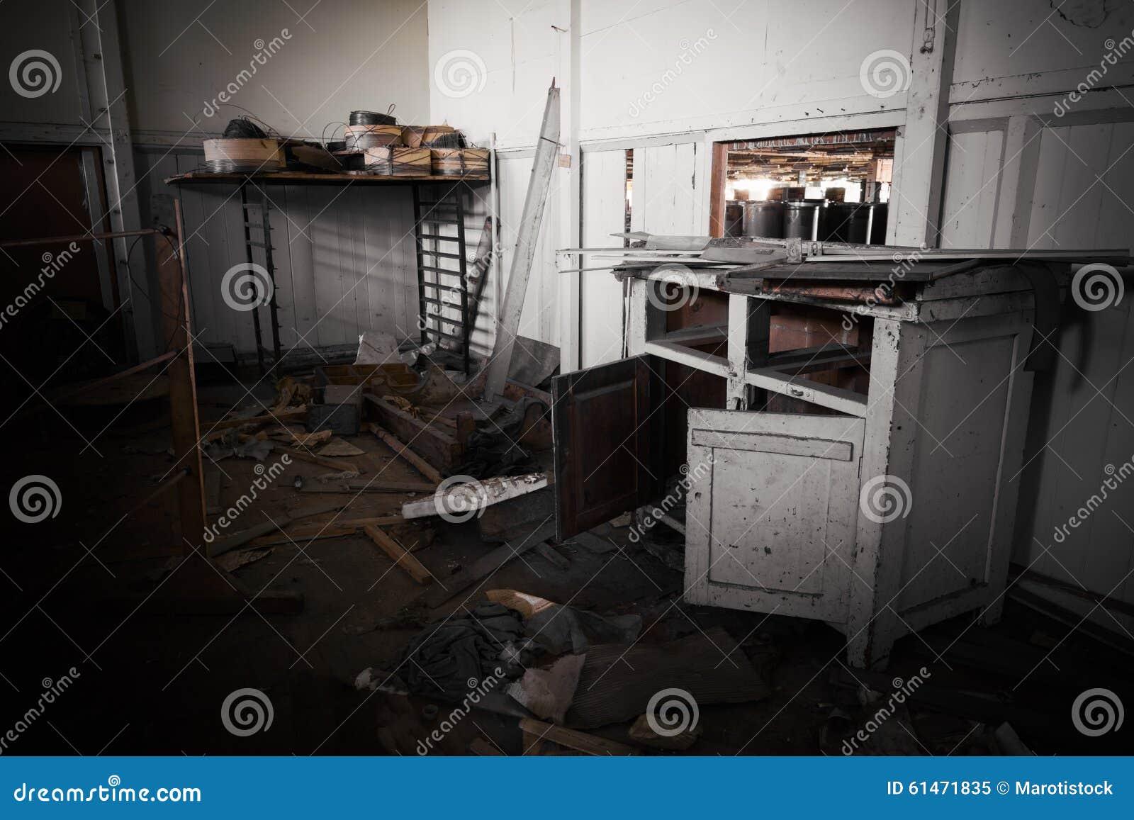 Meubles de bureau sales dans une usine abandonnée image stock
