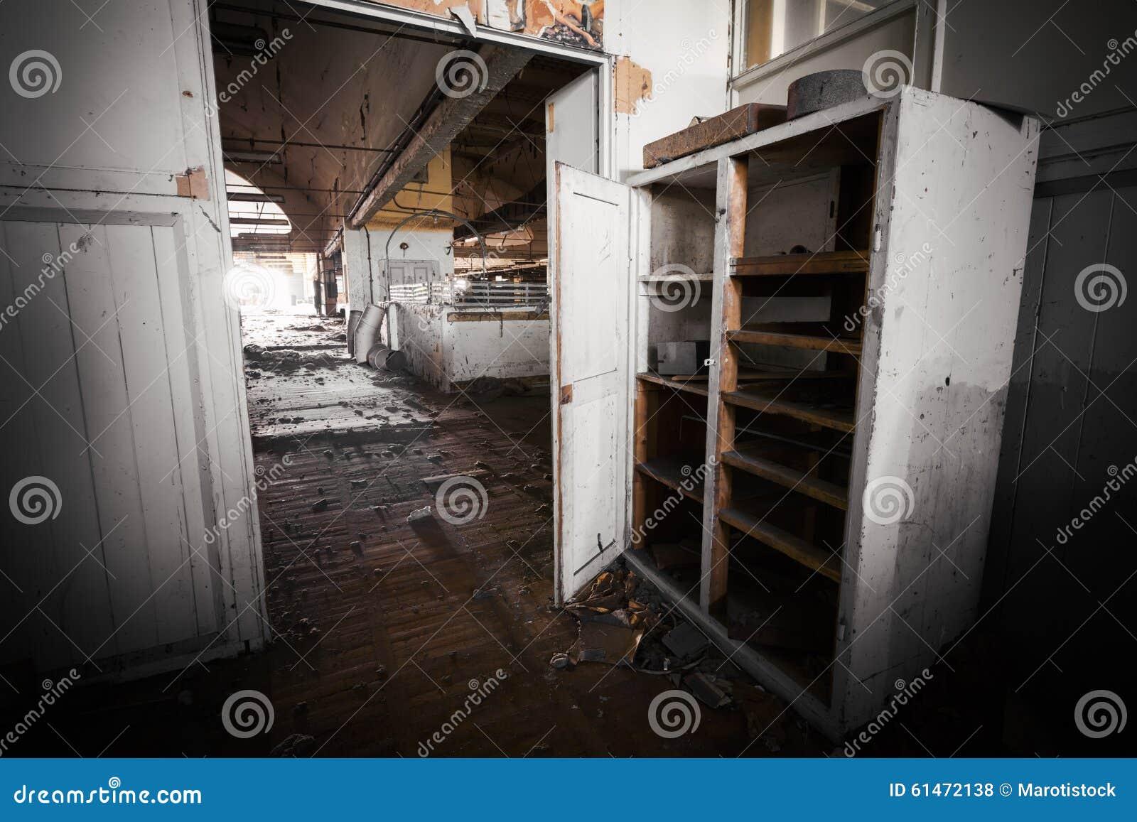 Meubles de bureau sales dans une usine abandonnée photo stock