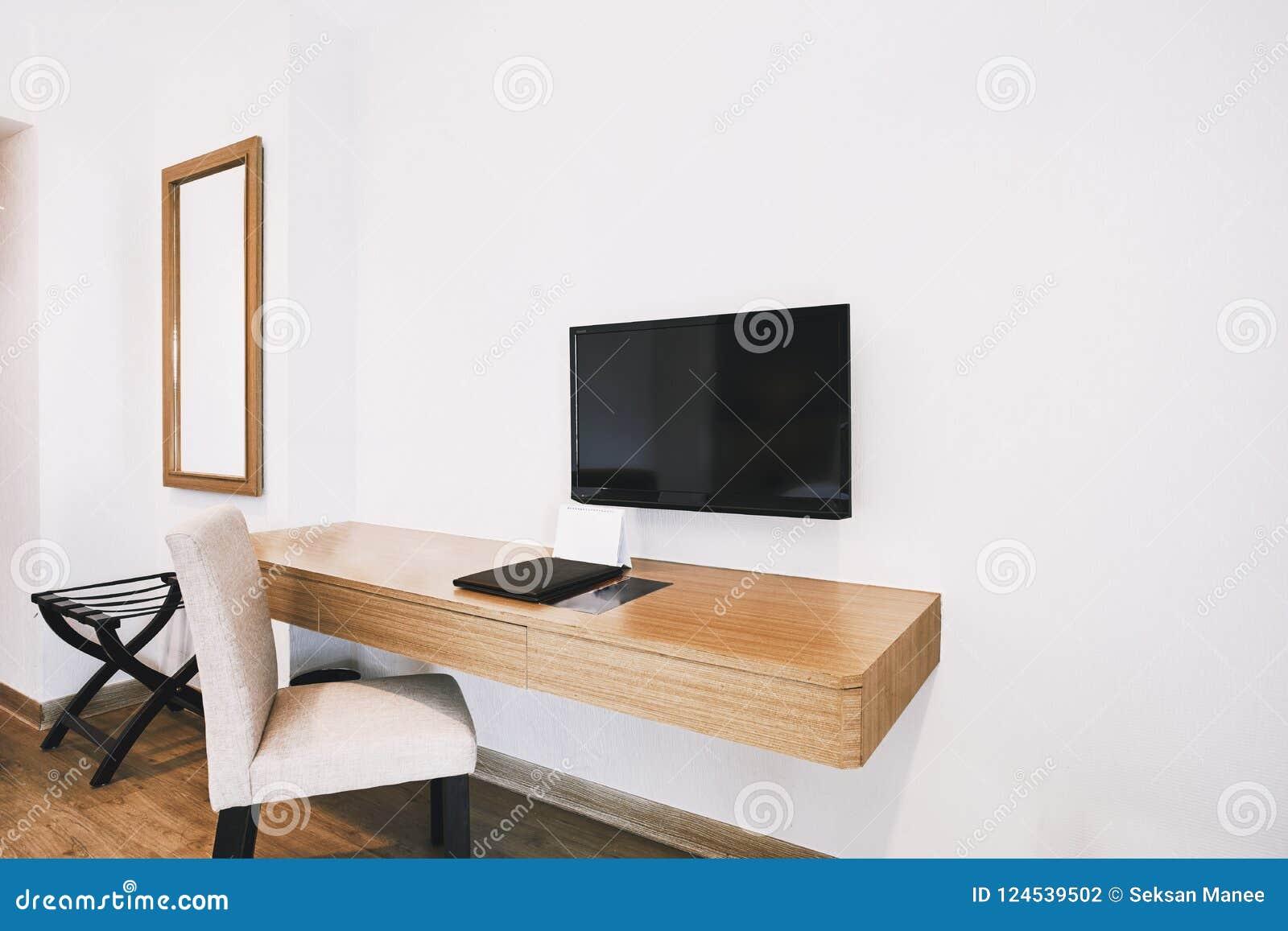 Meubles intégrés dans la salle moderne d appartement d hôtel avec la chaise, miroir
