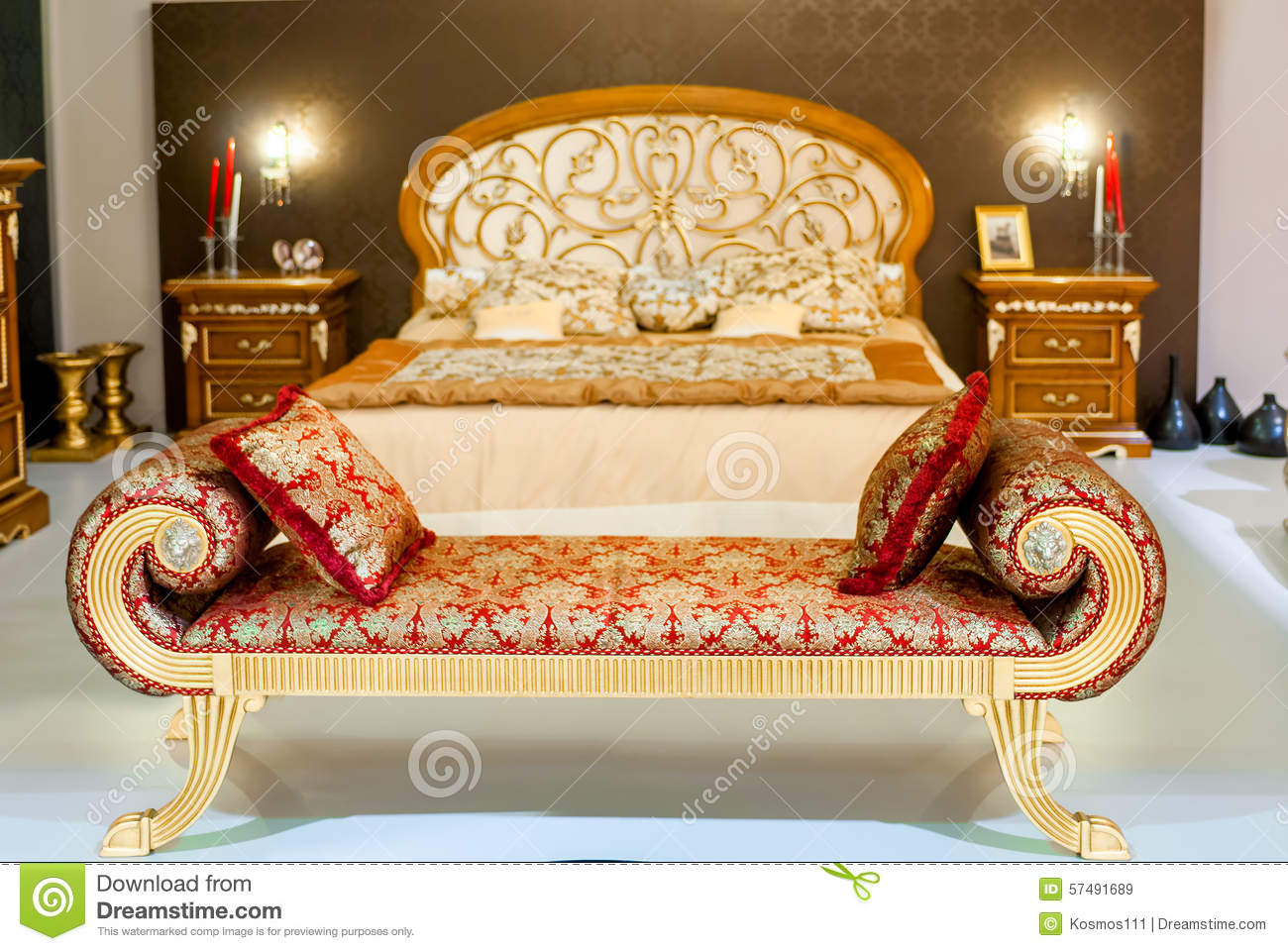 meubles luxueux dans une chambre coucher photo stock image 57491689. Black Bedroom Furniture Sets. Home Design Ideas