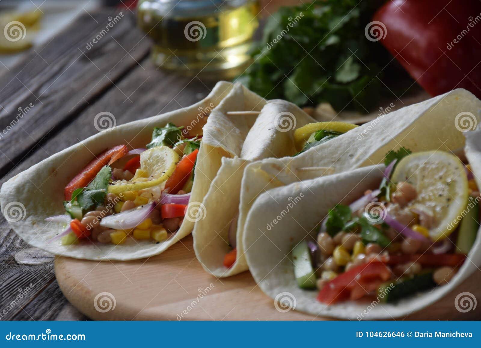 Download Mexicaanse Tacoes Met Peper, Graan En Cucumbes Stock Foto - Afbeelding bestaande uit gezondheid, peper: 104626646