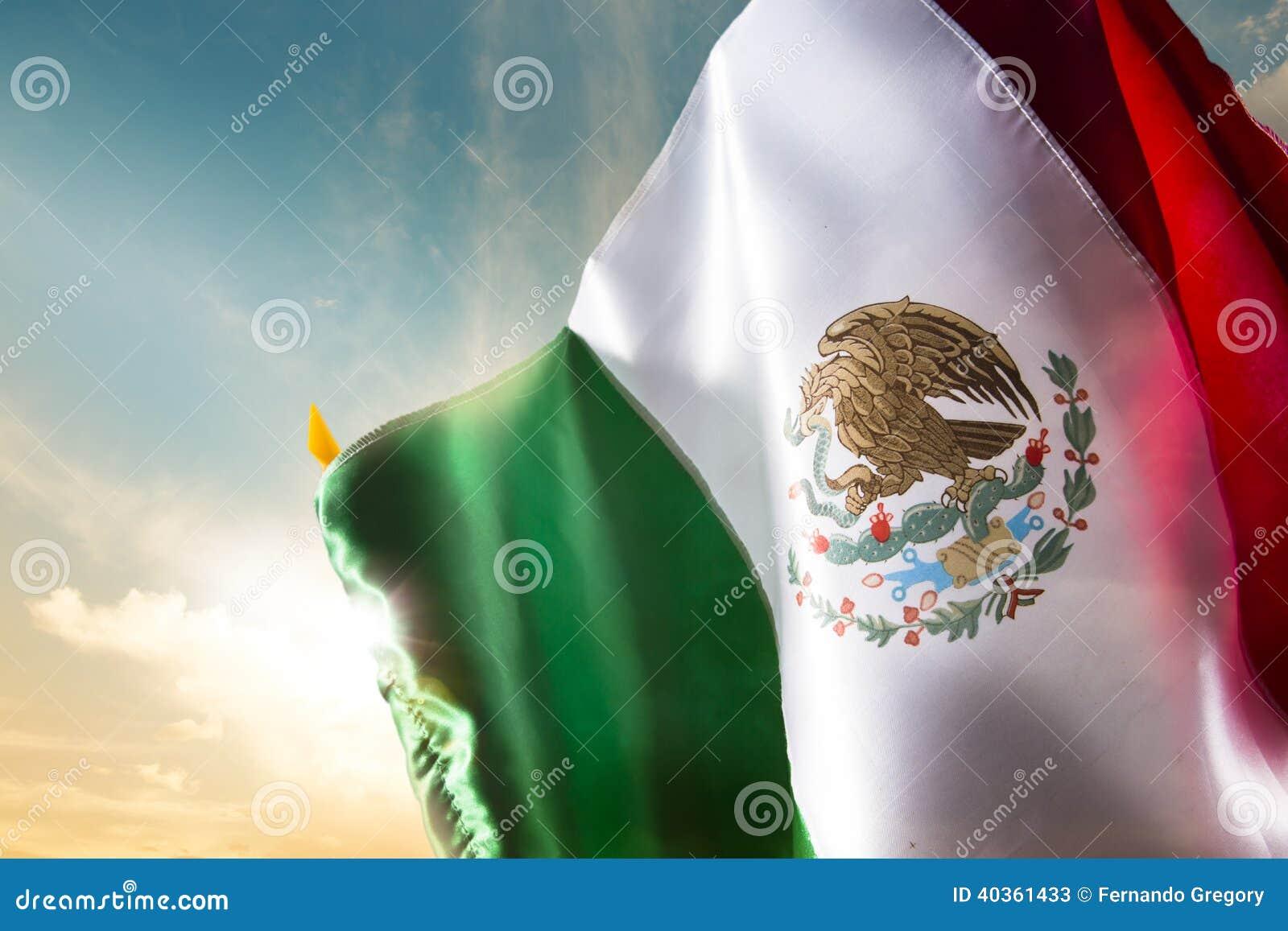 Mexicaanse vlag tegen een heldere hemel, onafhankelijkheidsdag, cinco DE ma