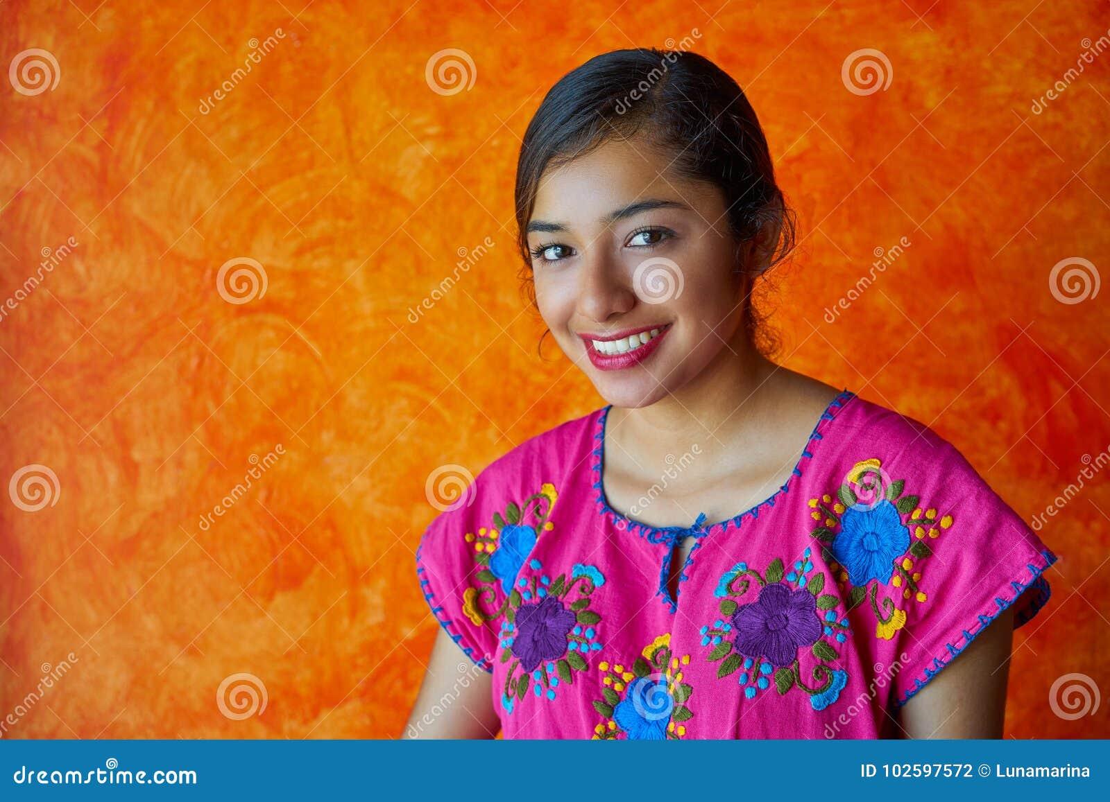 Mexicaanse vrouw met mayan kledingslatijn