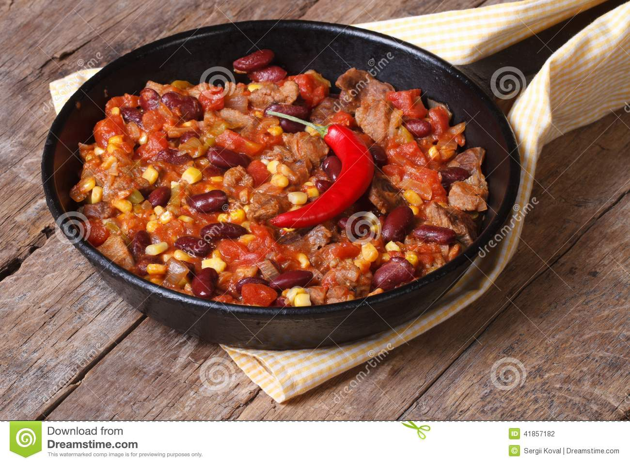 Mexican food is chili con carne in a frying pan stock - Chili con carne maison ...