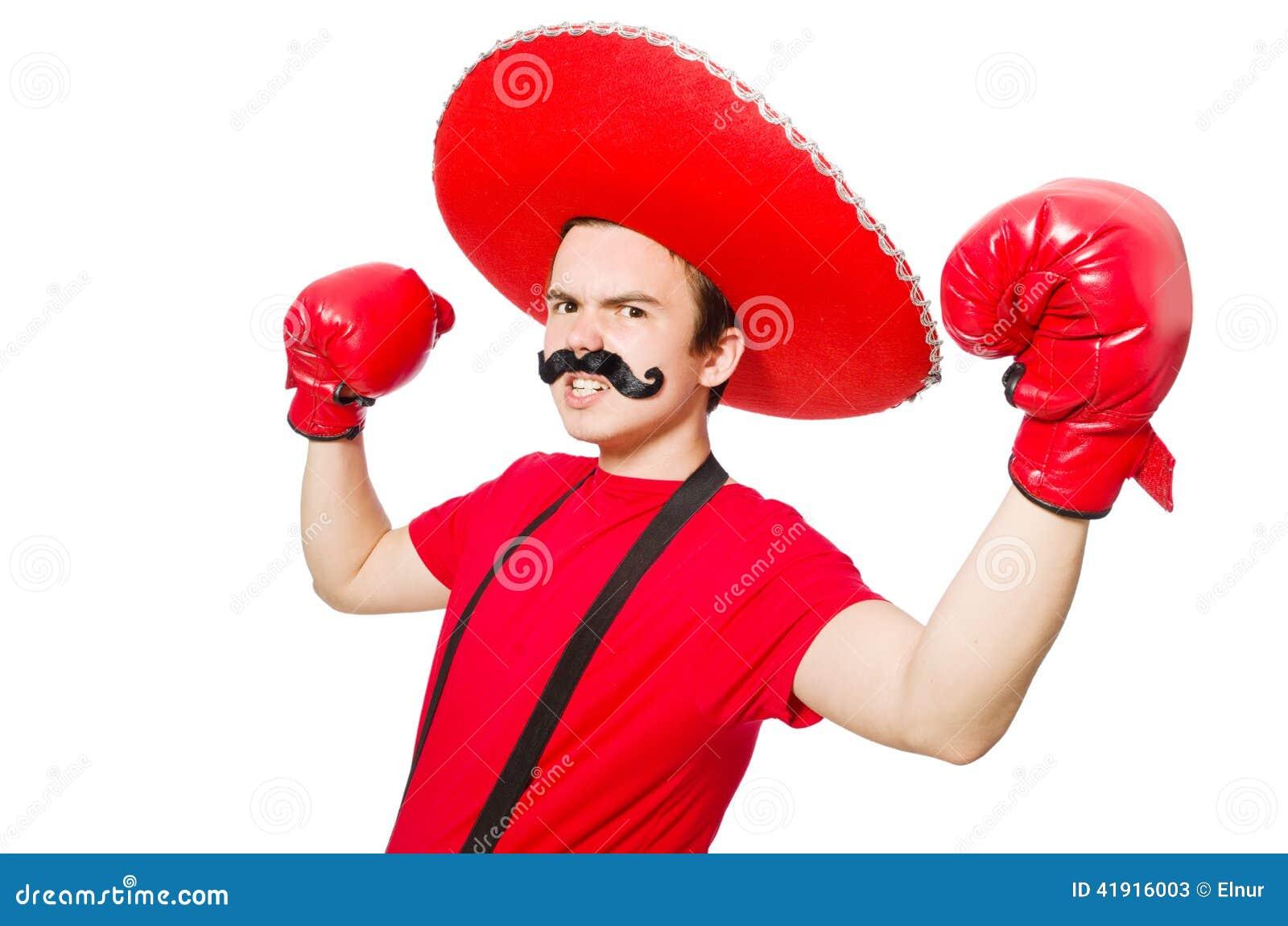 Mexicano divertido con los guantes del boxeador aislados
