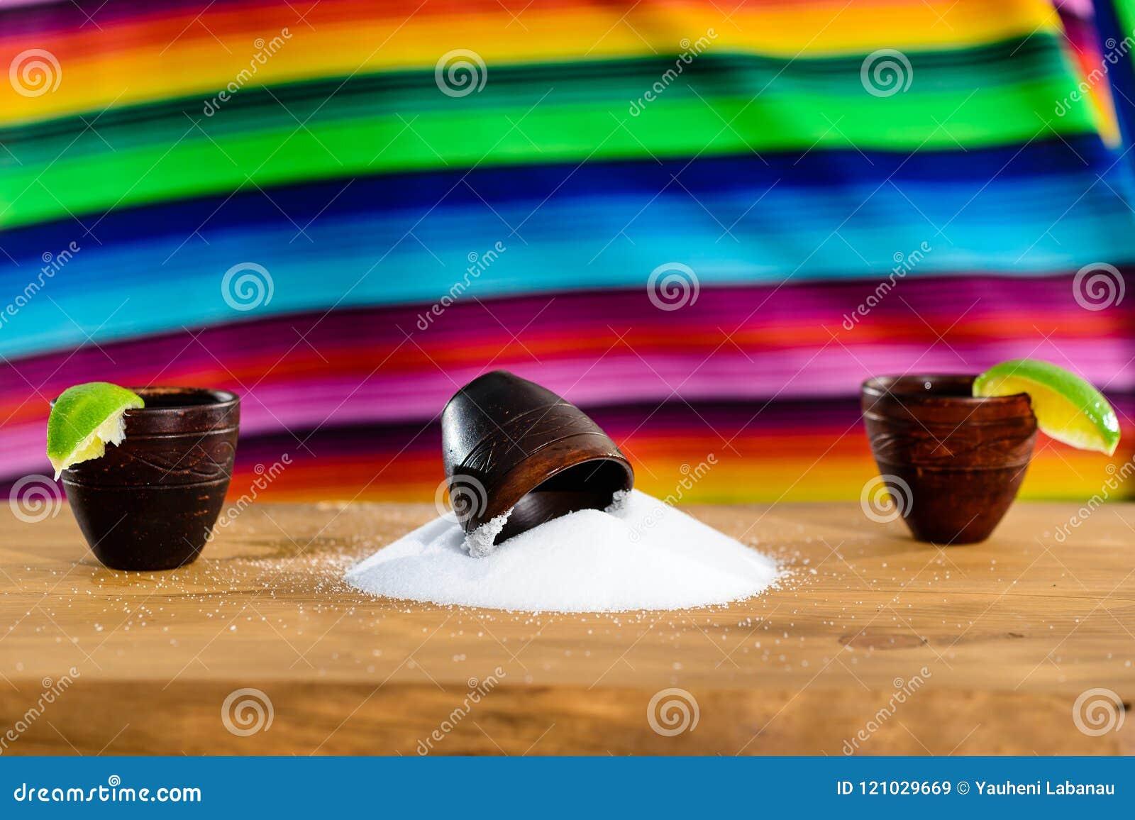 Mexicansk guld- Tequila Selektiv fokus på salt på tabellen, på t