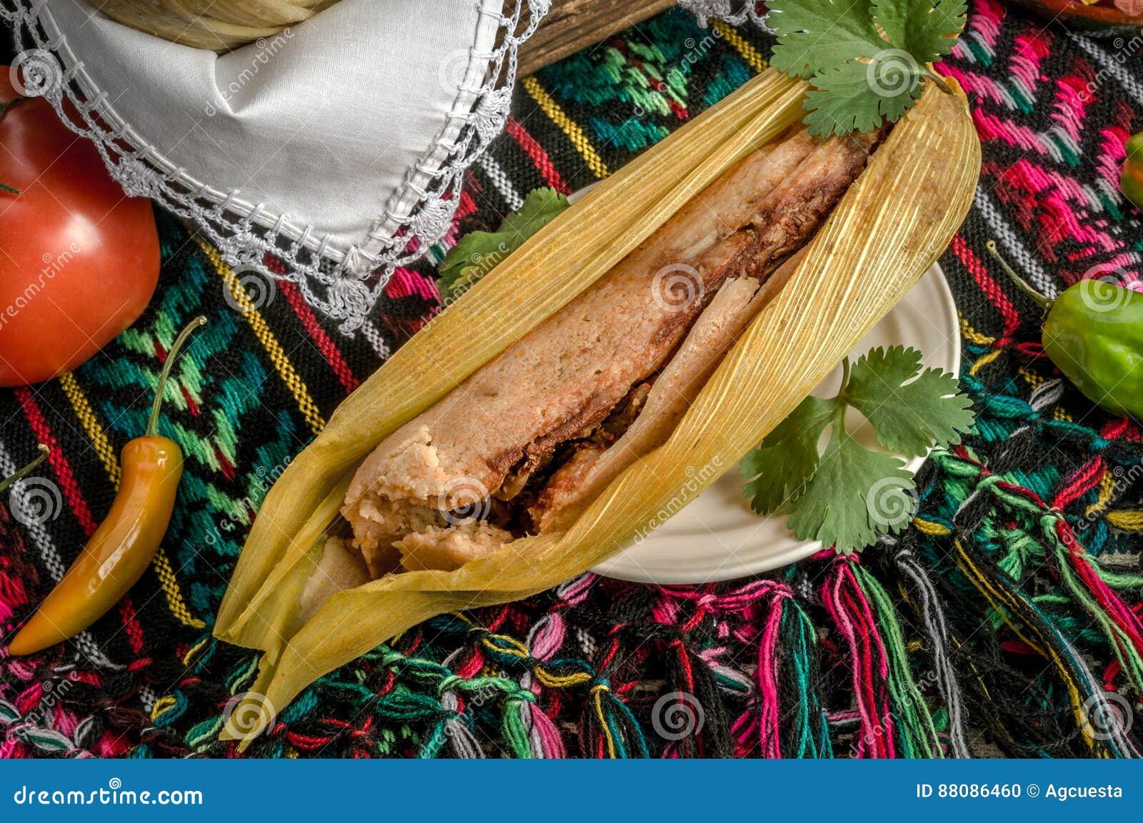 Mexicanska tamales som göras av havre och höna
