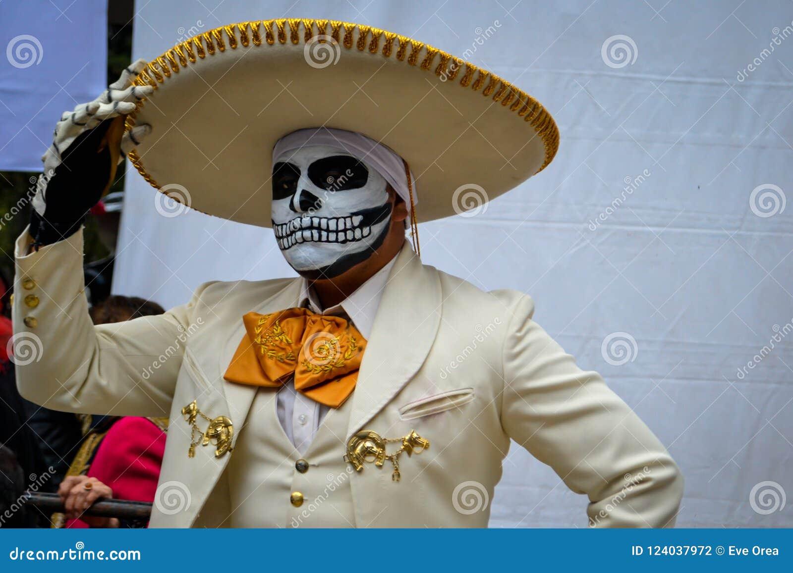 Mexico-City, Mexico; November 1 2015: Portret van een Mexicaanse charromariachi in vermomming bij de Dag van de Dode viering in m