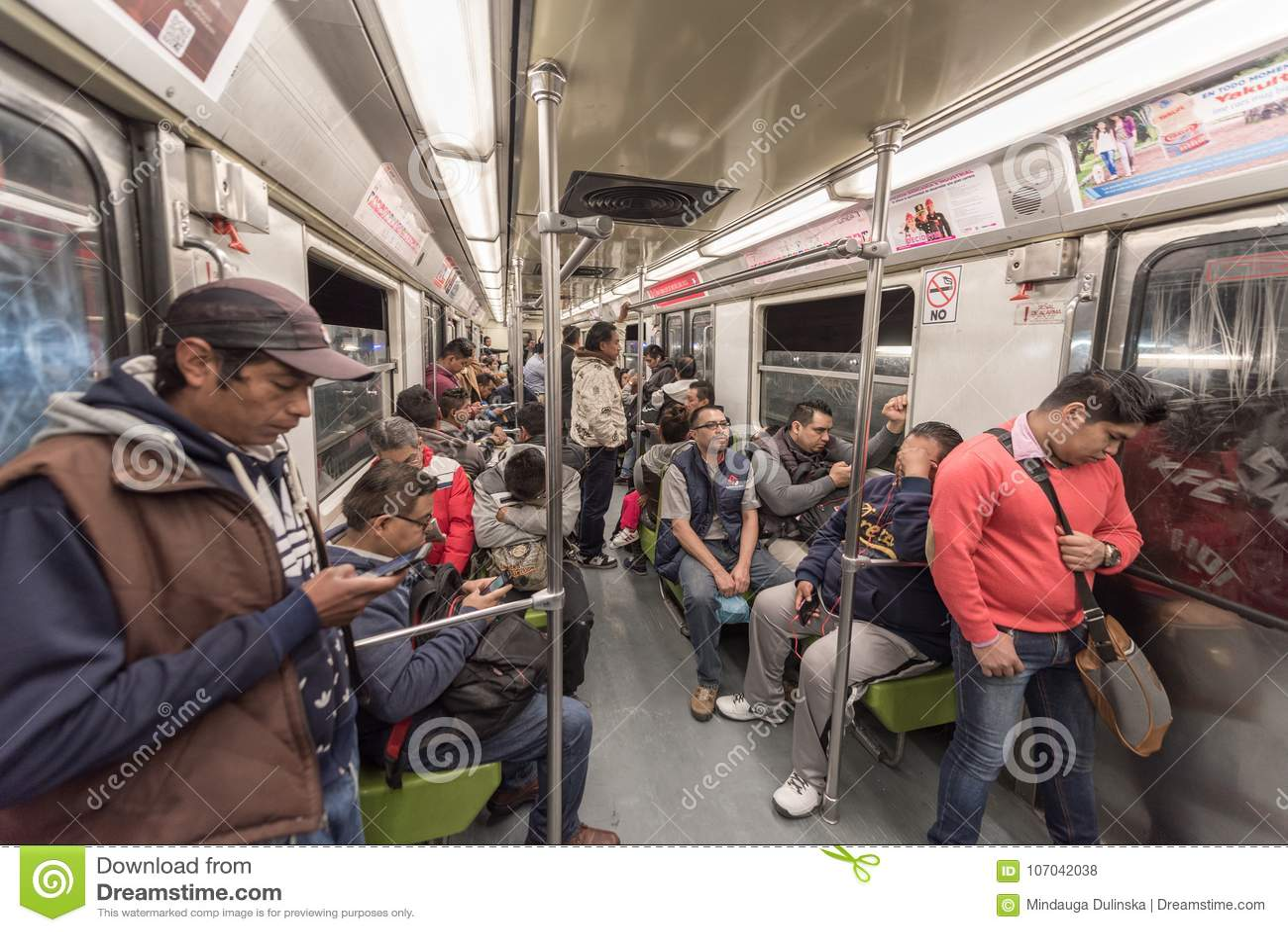 MEXICO - OKTOBER 26, 2017: De Ondergrondse Trein van Mexico-City met Plaatselijke bevolking het Reizen Buis, Trein