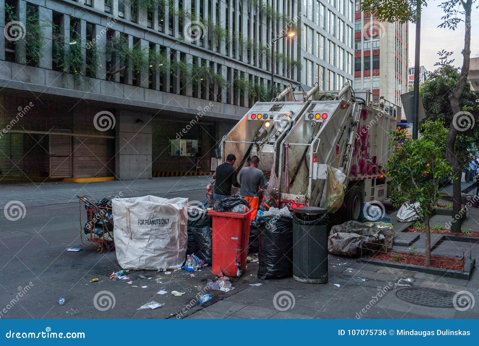 MEXICO - OKTOBER 19, 2017: Mexico morgonCityscape med avskrädelastbilen och folk