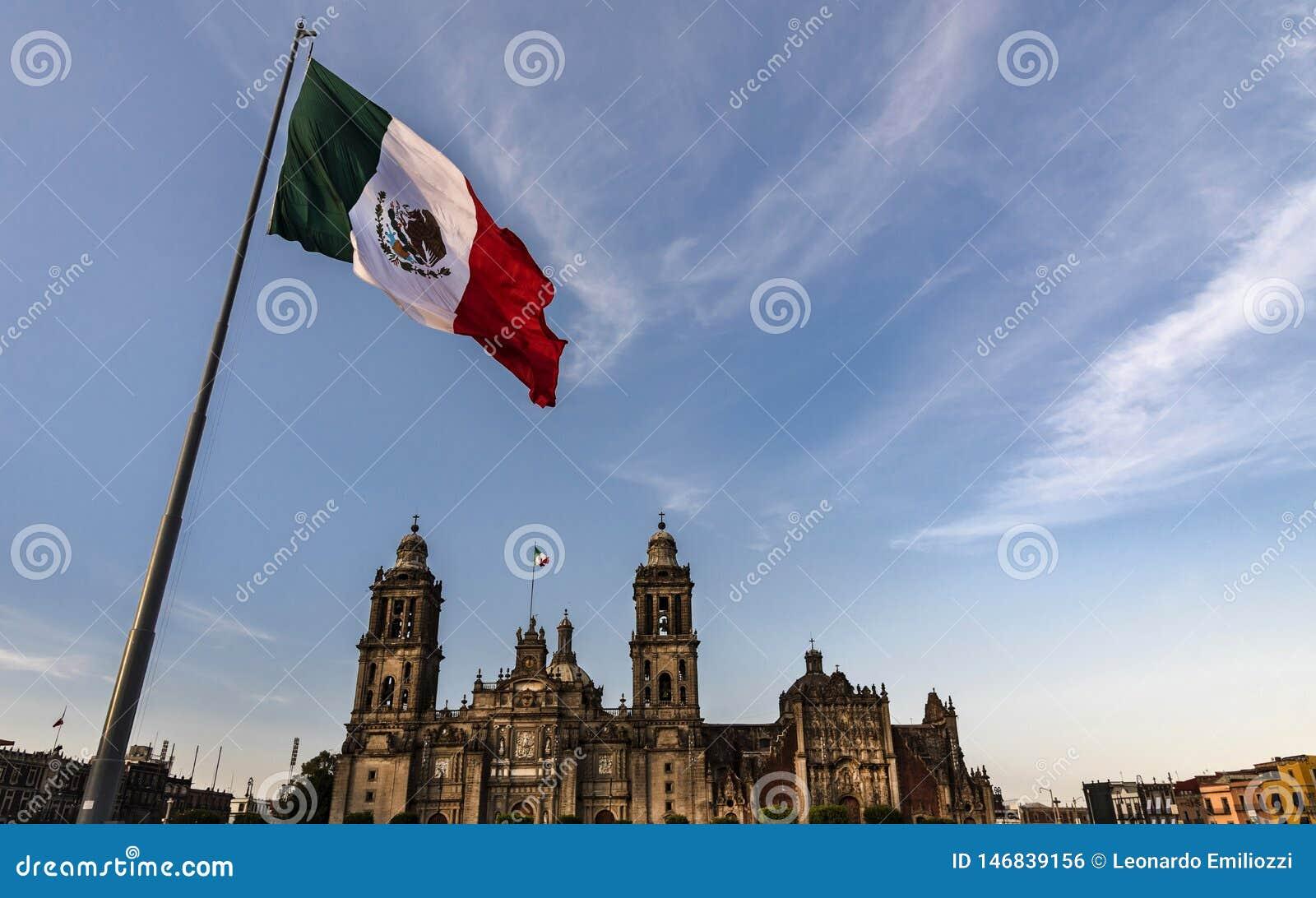 Mexico - stad, flagga av vinden Mexiko,