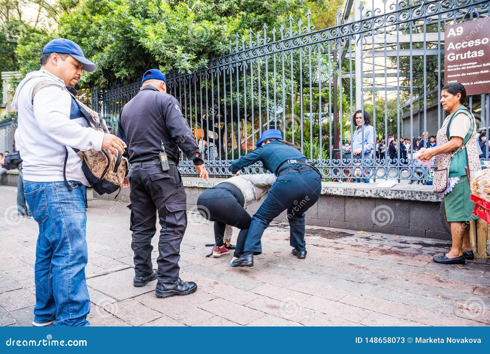 Mexico - stad, Mexico - Oktober 25, 2018 Poliser som arresterar kvinnan