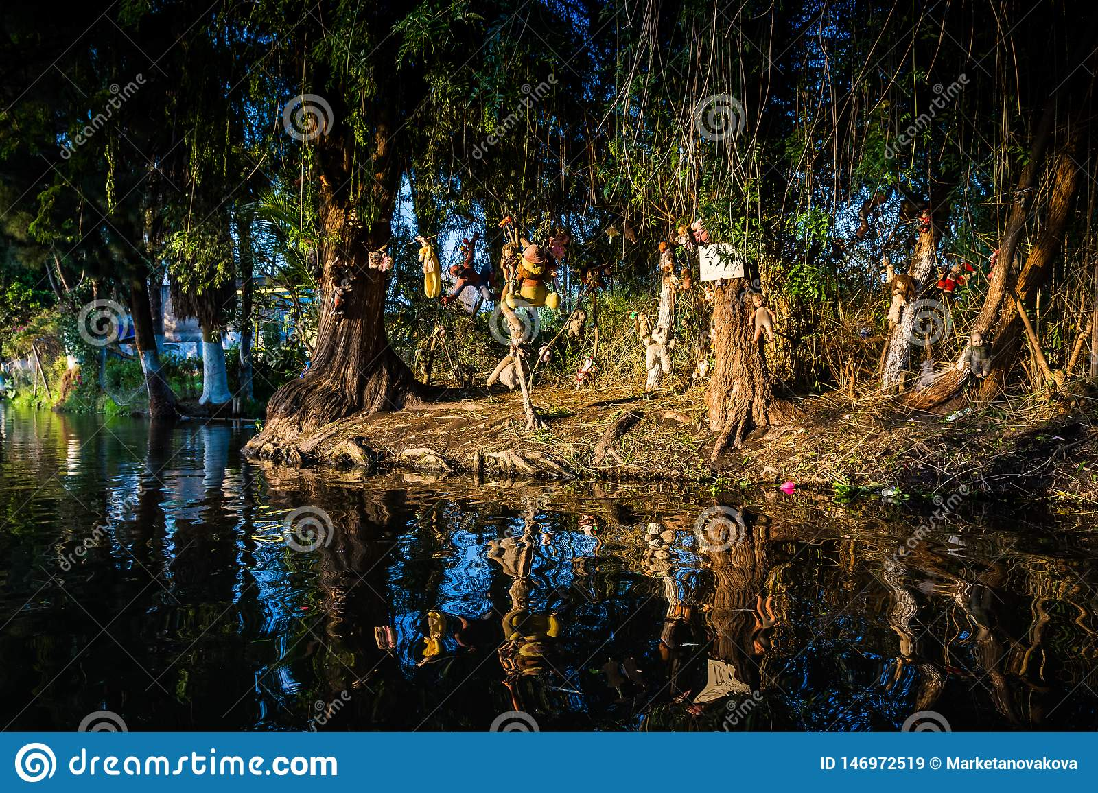 Mexico - stad, Mexico - Oktober 24, 2018 Xochimilco kanaler ? av dockor
