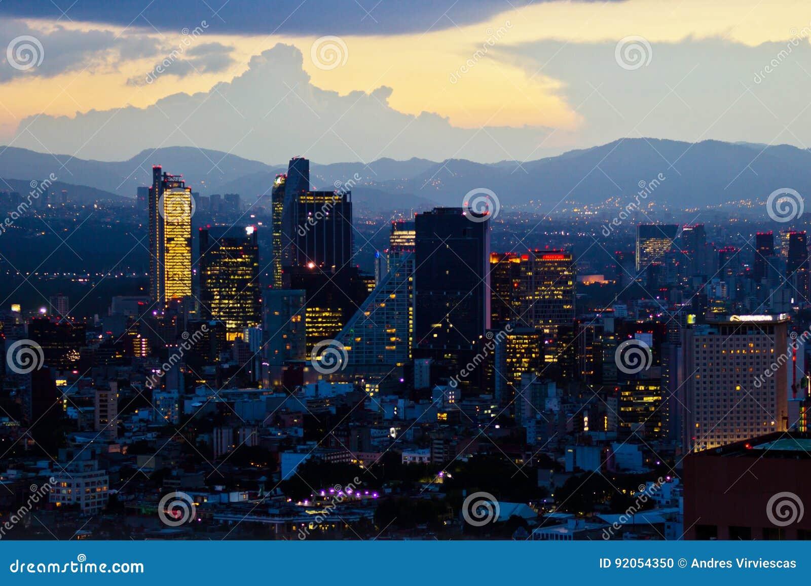 Mexico - stad på solnedgångtid