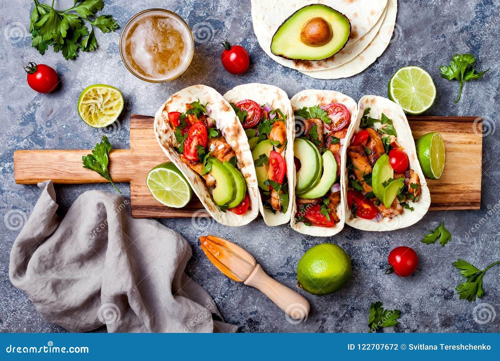 Mexikan grillade fega taco med avokadot, tomat, lök på den lantliga stentabellen Recept för det Cinco de Mayo partiet