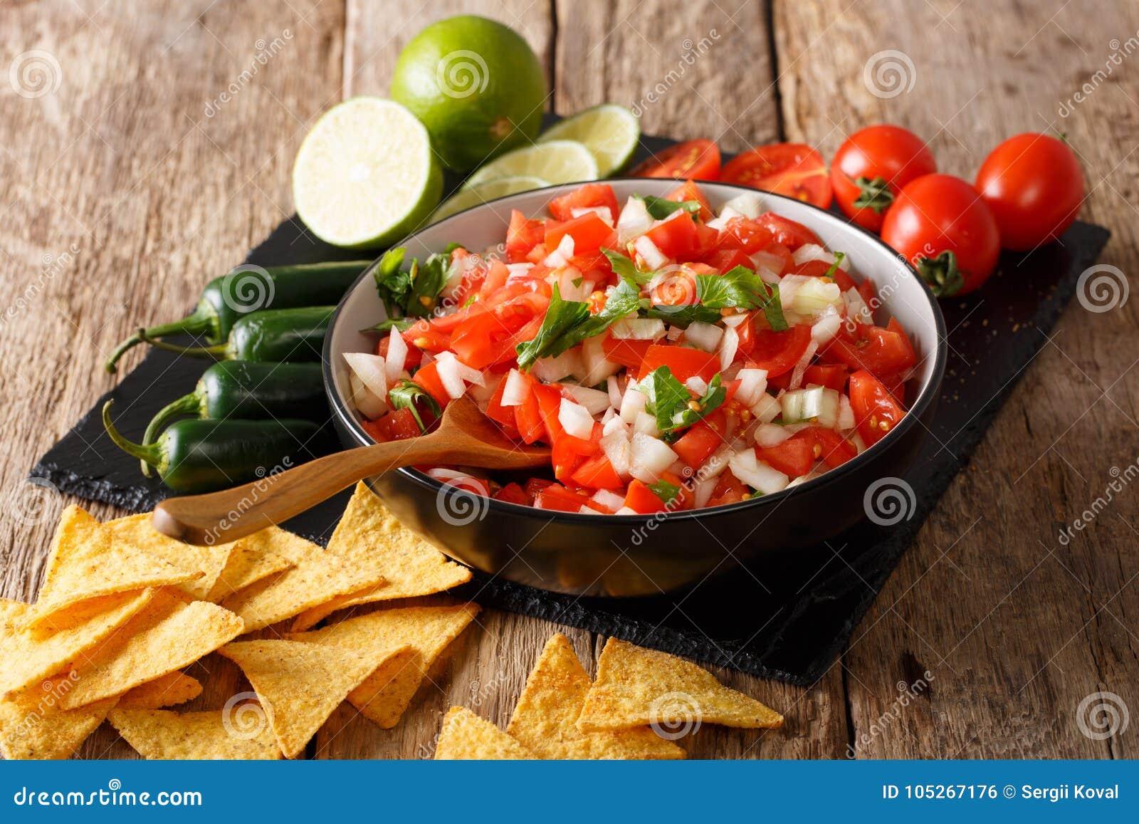 Mexikan Pico de Gallo med ingredienser closeup och nachos Horiz