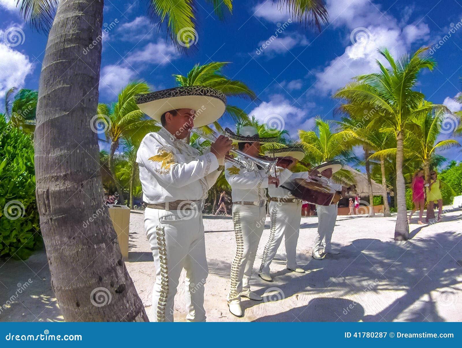 Mexikanische Musik-Band, die an der Hochzeit spielt