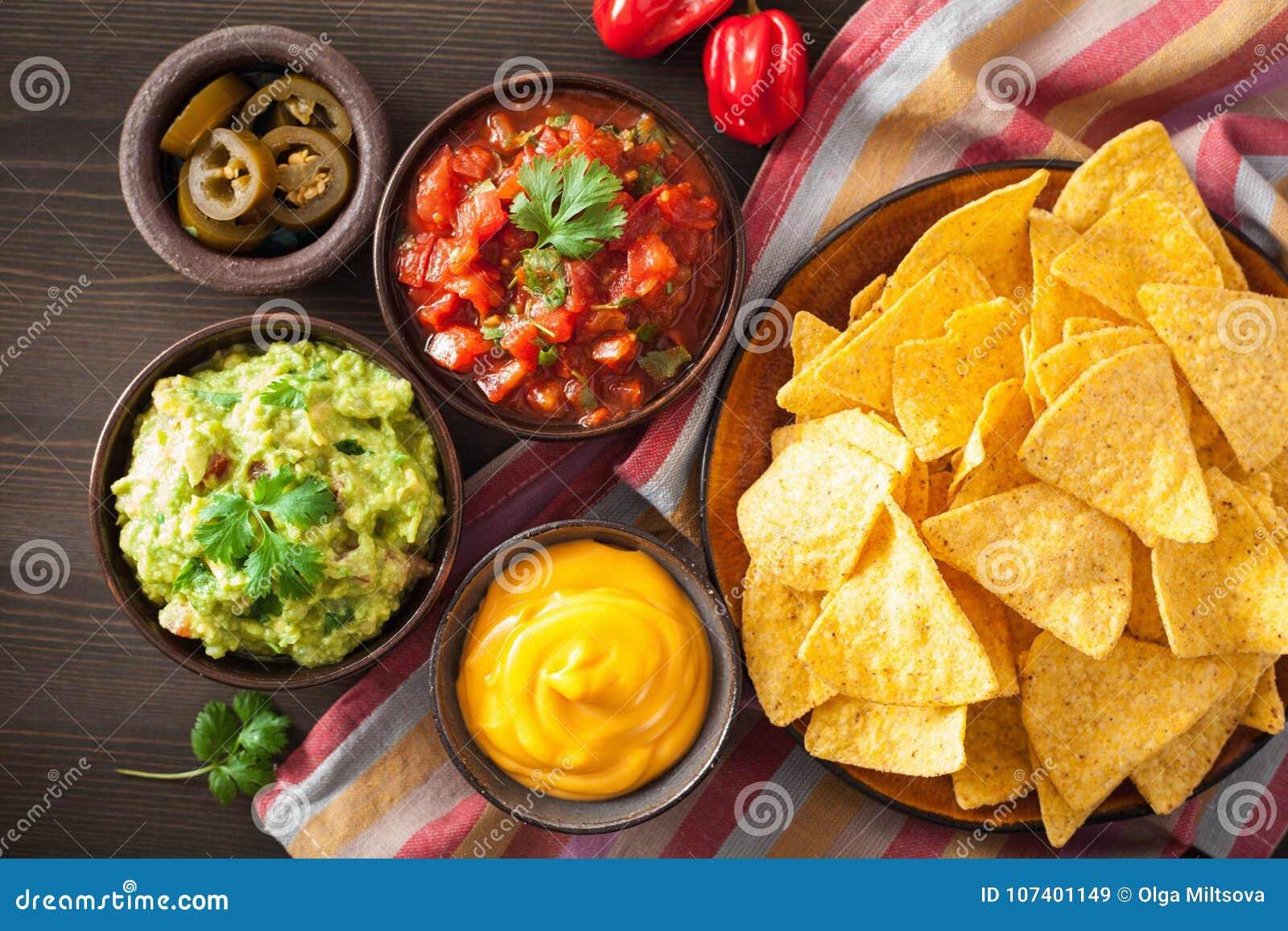 Mexikanische Nachostortilla-chips mit Guacamolen, Salsa und Käse d