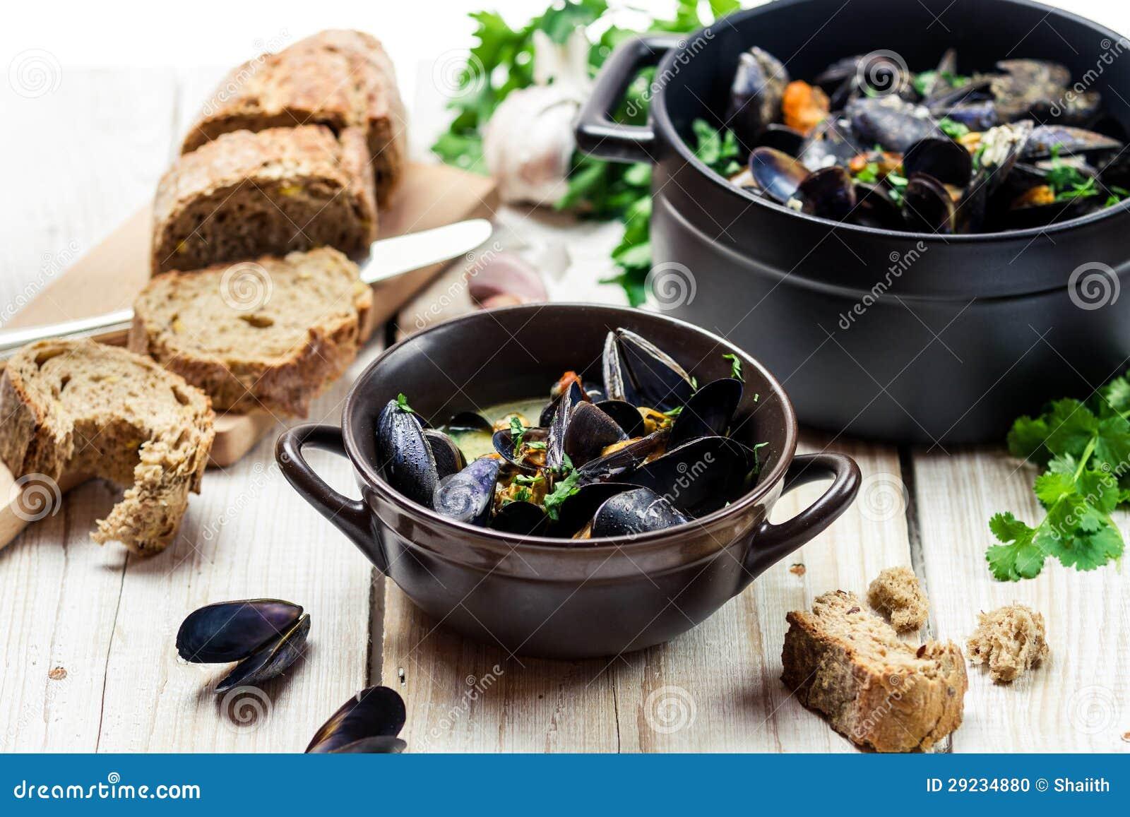 Download Mexilhões como um almoço foto de stock. Imagem de baguette - 29234880