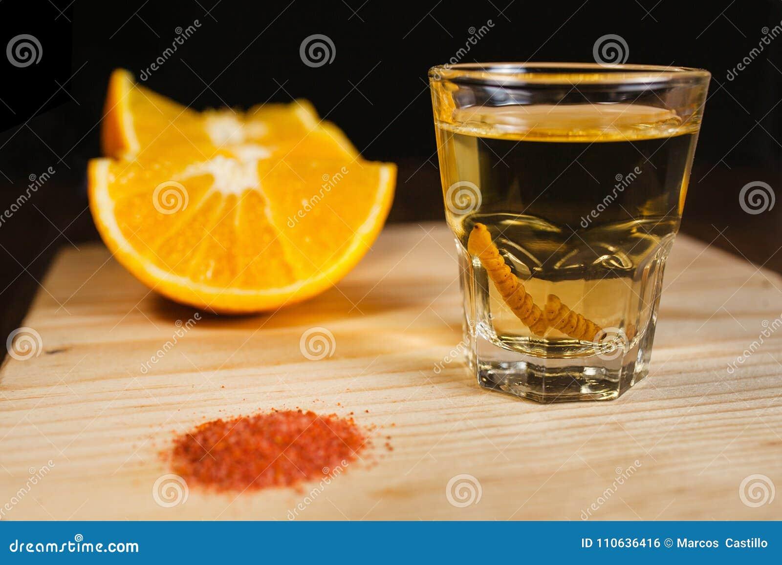 Mezcal schoot Mexicaanse drank met sinaasappel en wormzout in oaxaca Mexico