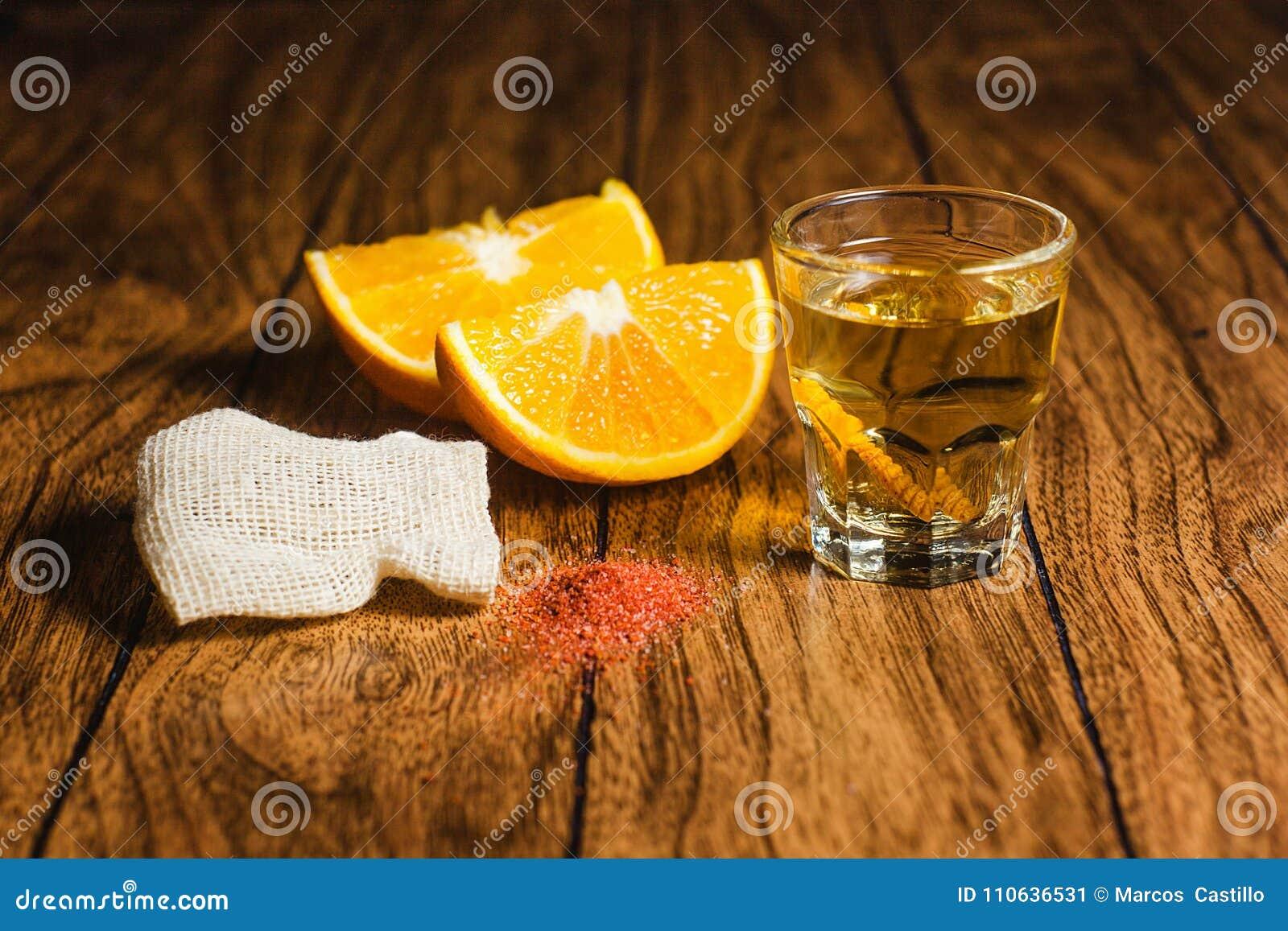 Mezcal tiró la bebida mexicana con la sal de la naranja y del gusano en Oaxaca México