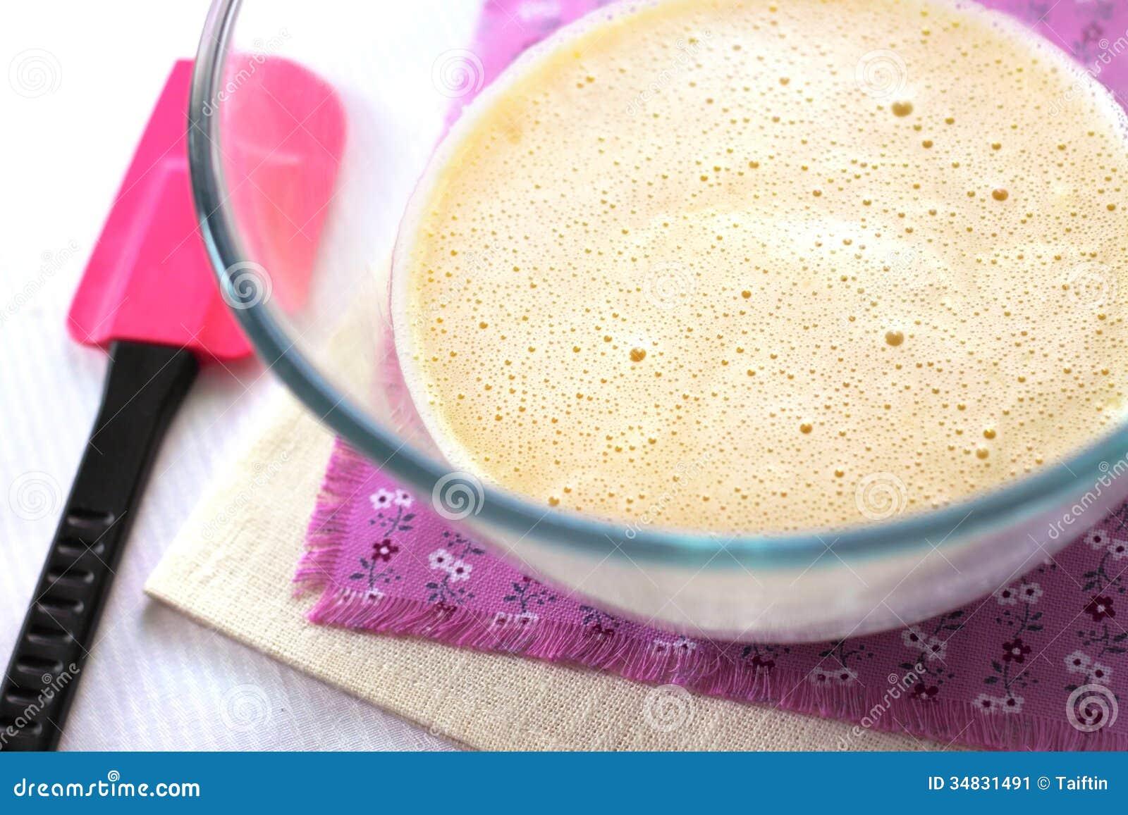 Mezcla de crema y de chocolate blanco del derretimiento en - Bol de vidrio ...