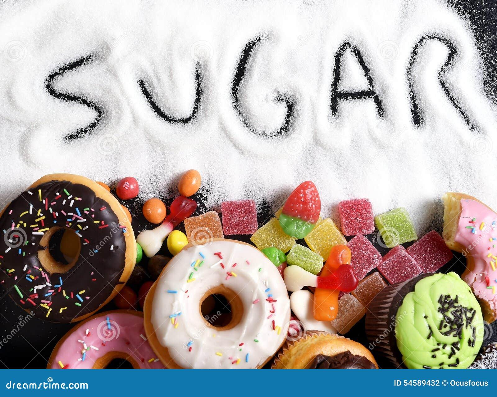 Mezcla de tortas del dulce, de anillos de espuma y de caramelo con la extensión del azúcar y de texto escrito en la nutrición mal