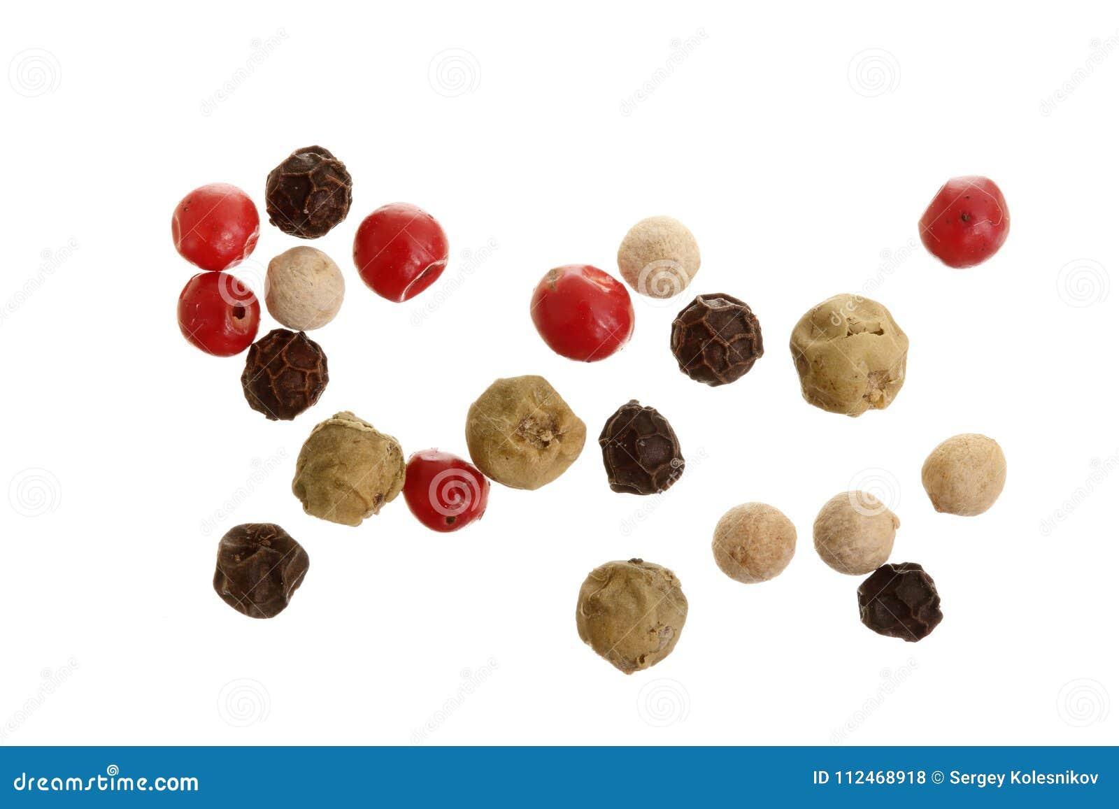 Mezclado de la pimienta caliente, roja, negra, blanca y verde de las pimientas aislada en el fondo blanco Visión superior