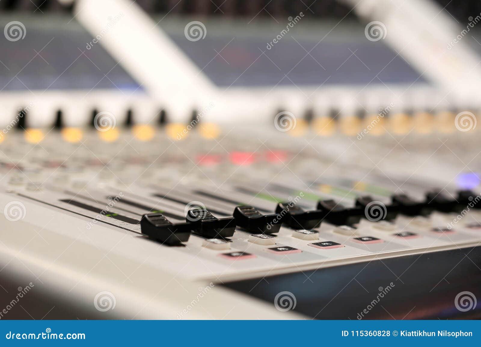 Mezclador audio profesional y auriculares profesionales en el Reco