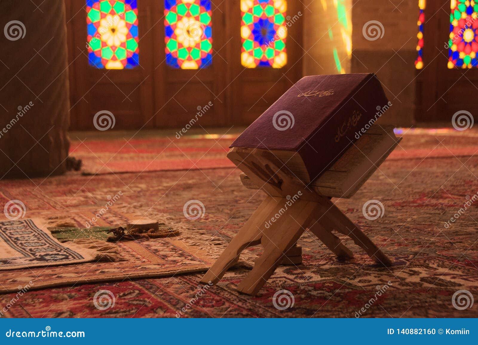 Mezquita de Nasir-ol-molk con el detalle del libro del quran shiraz