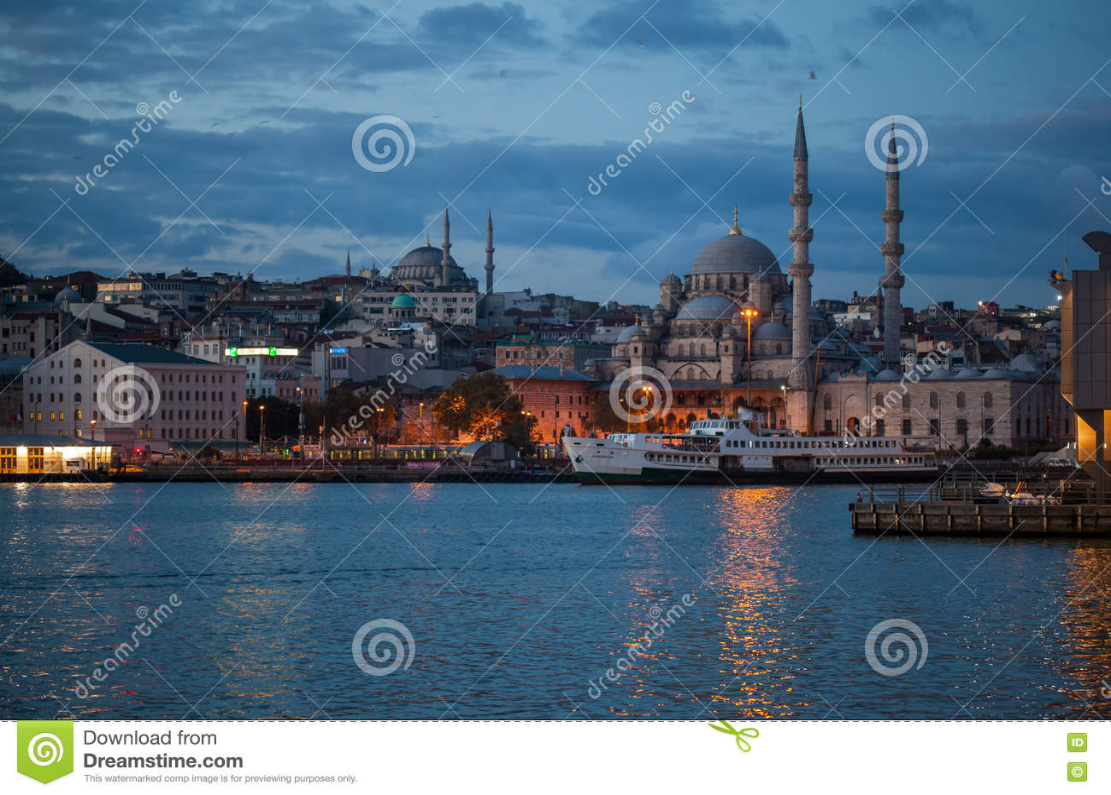 Mezquita de Yeni Camii en la costa de Bosphorus