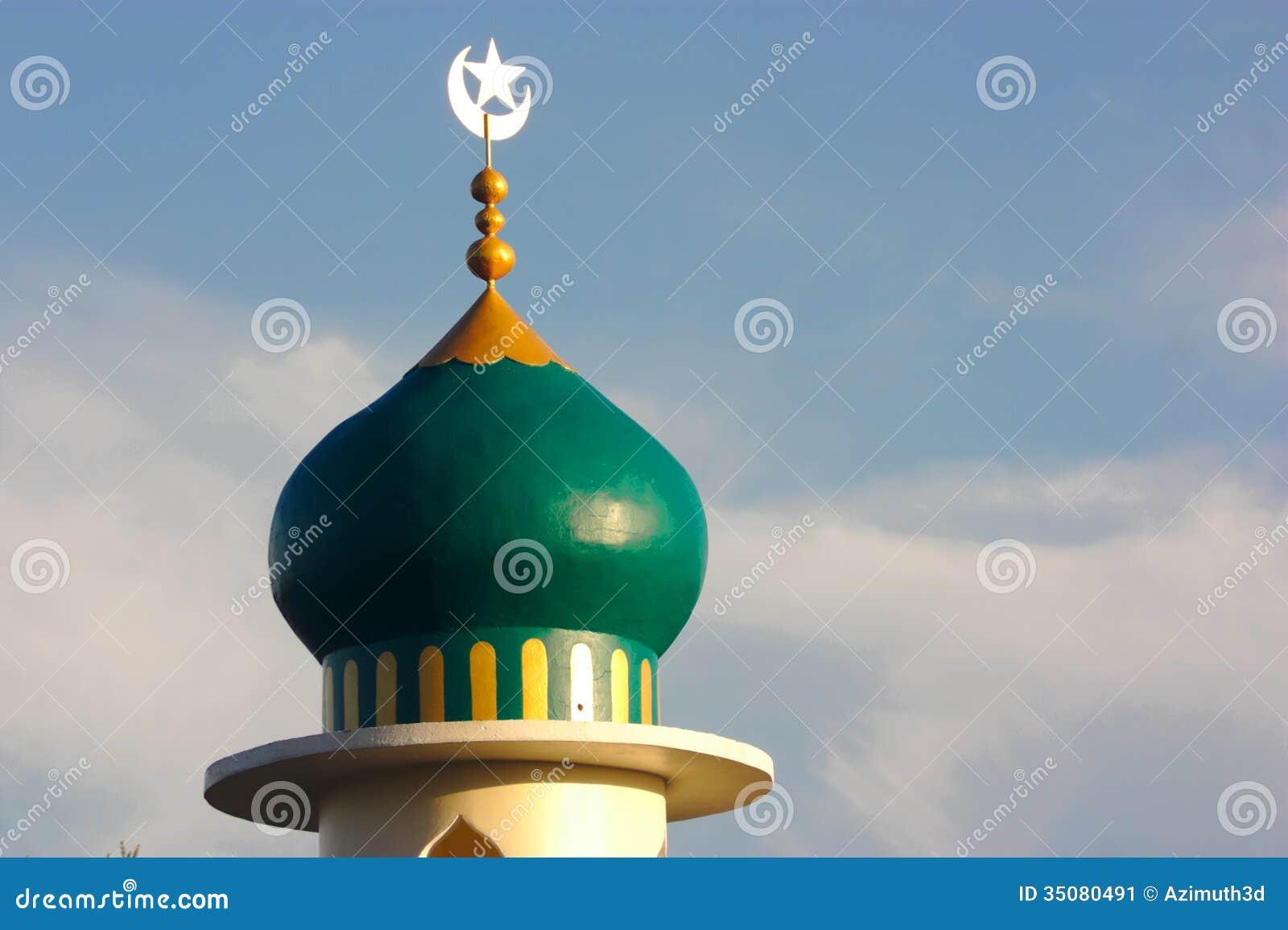 Mezquita del Islam en el cielo de la nube